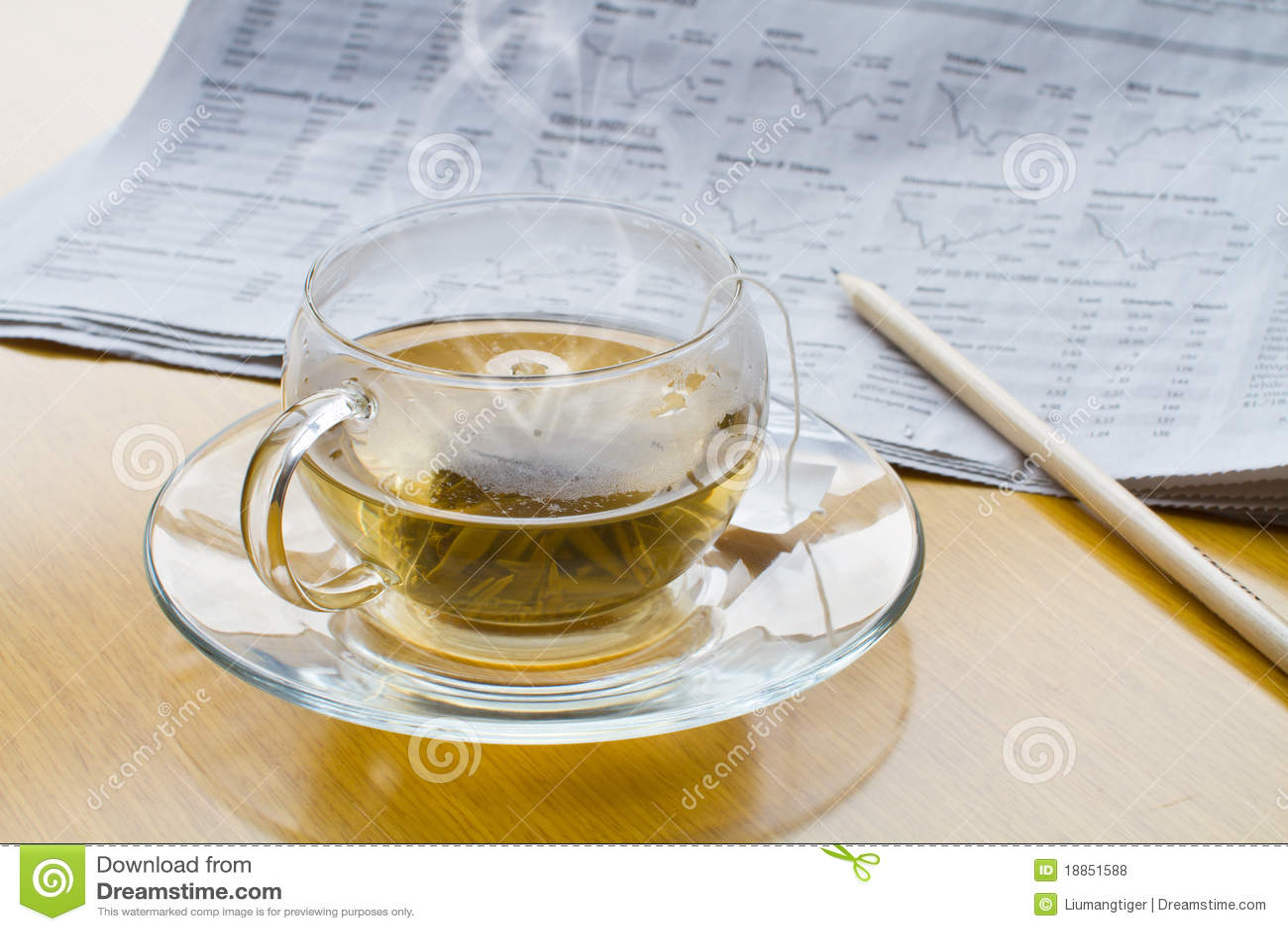 горячий чай карандаша газеты