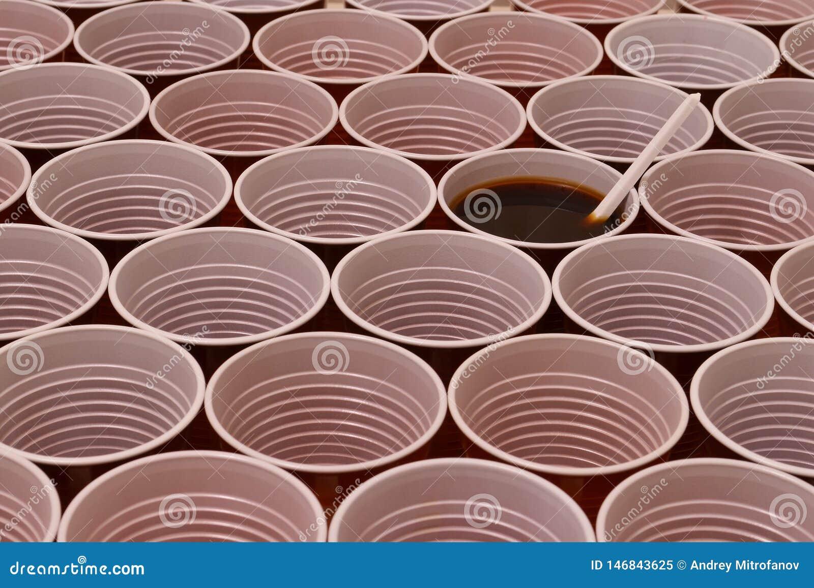 Горячий шоколад в пластиковой чашке
