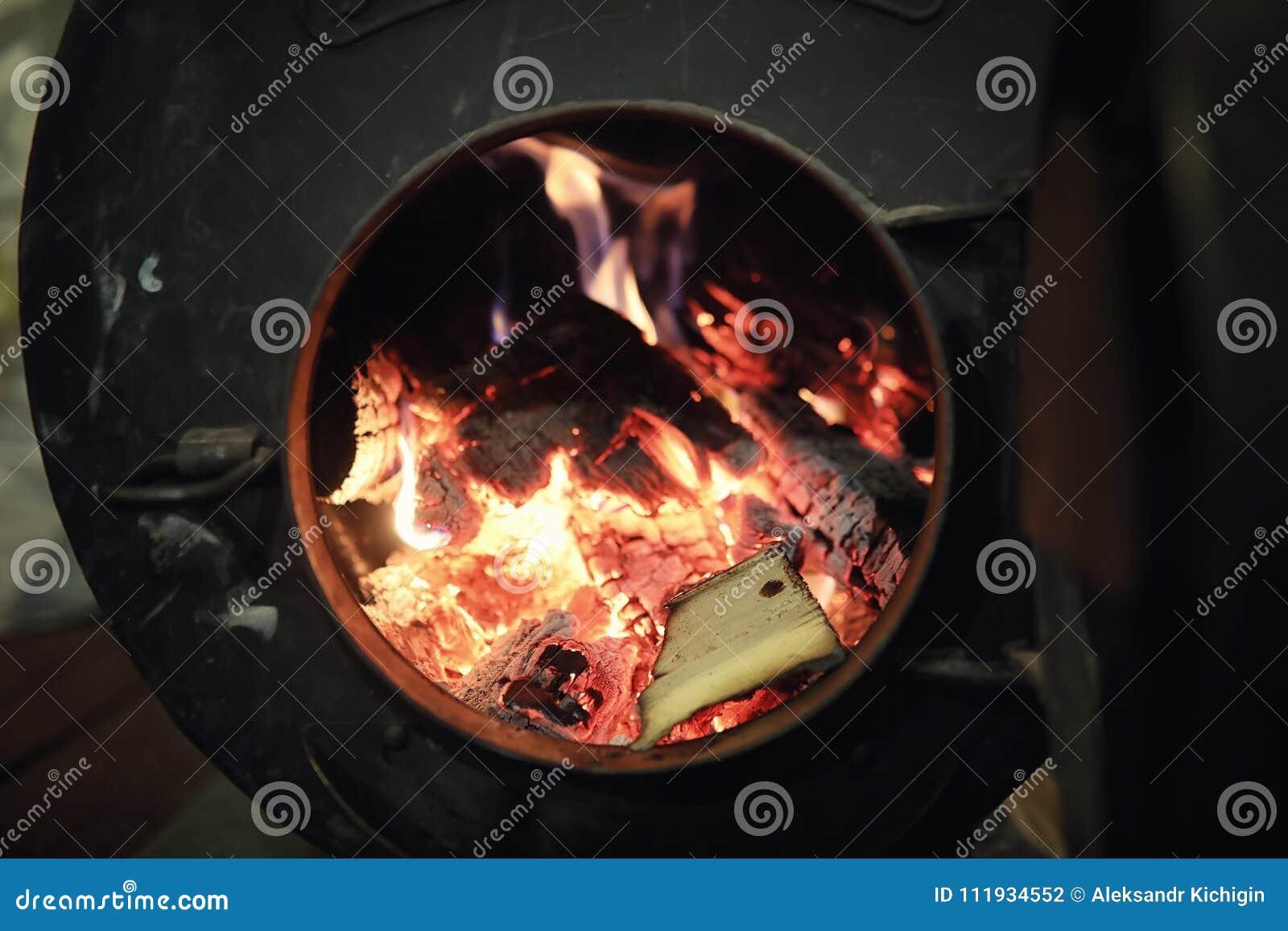 горящая древесина печки Швырок для топления печи Склад для
