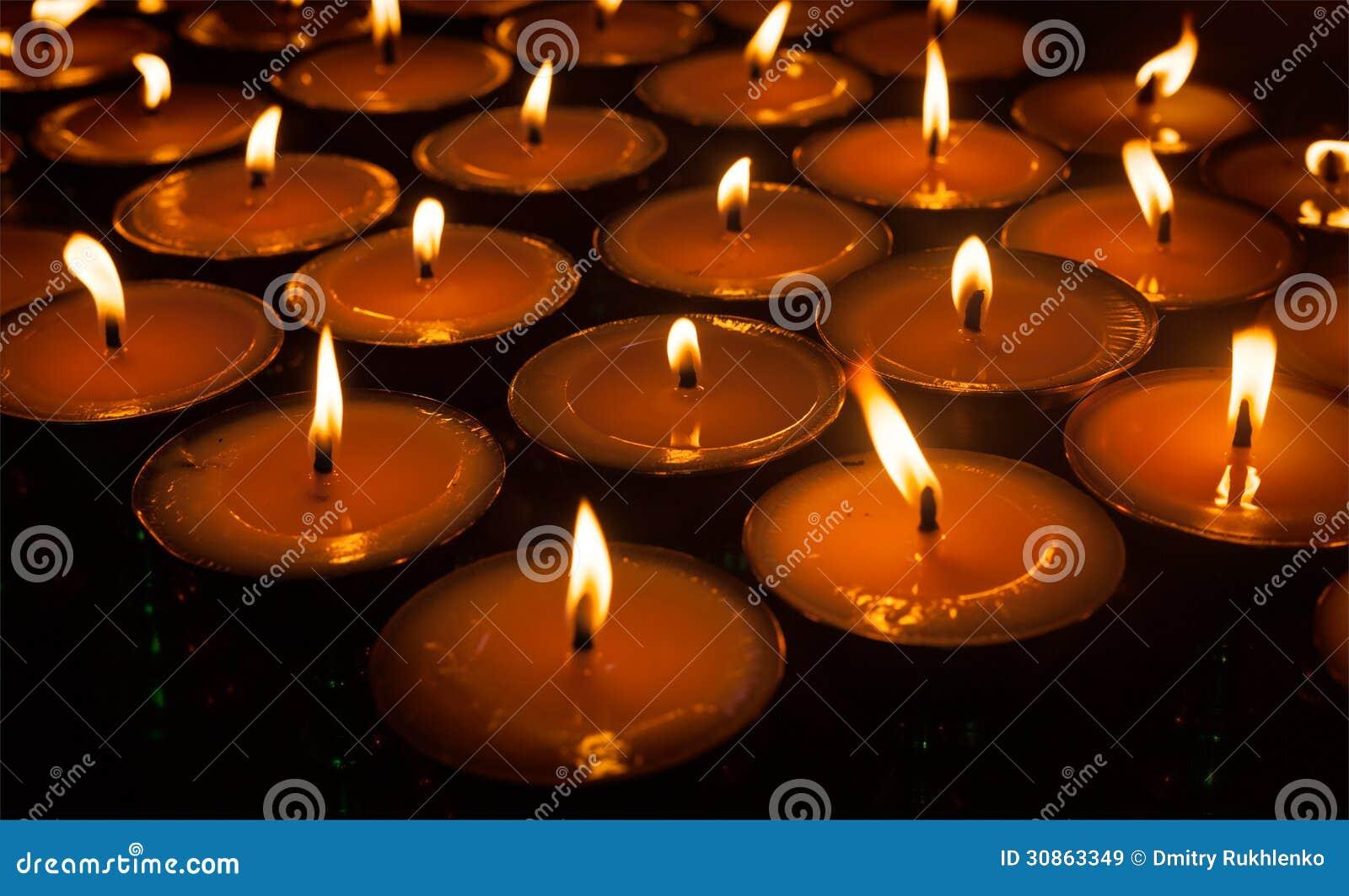 Горящие свечи в тибетском буддийском виске