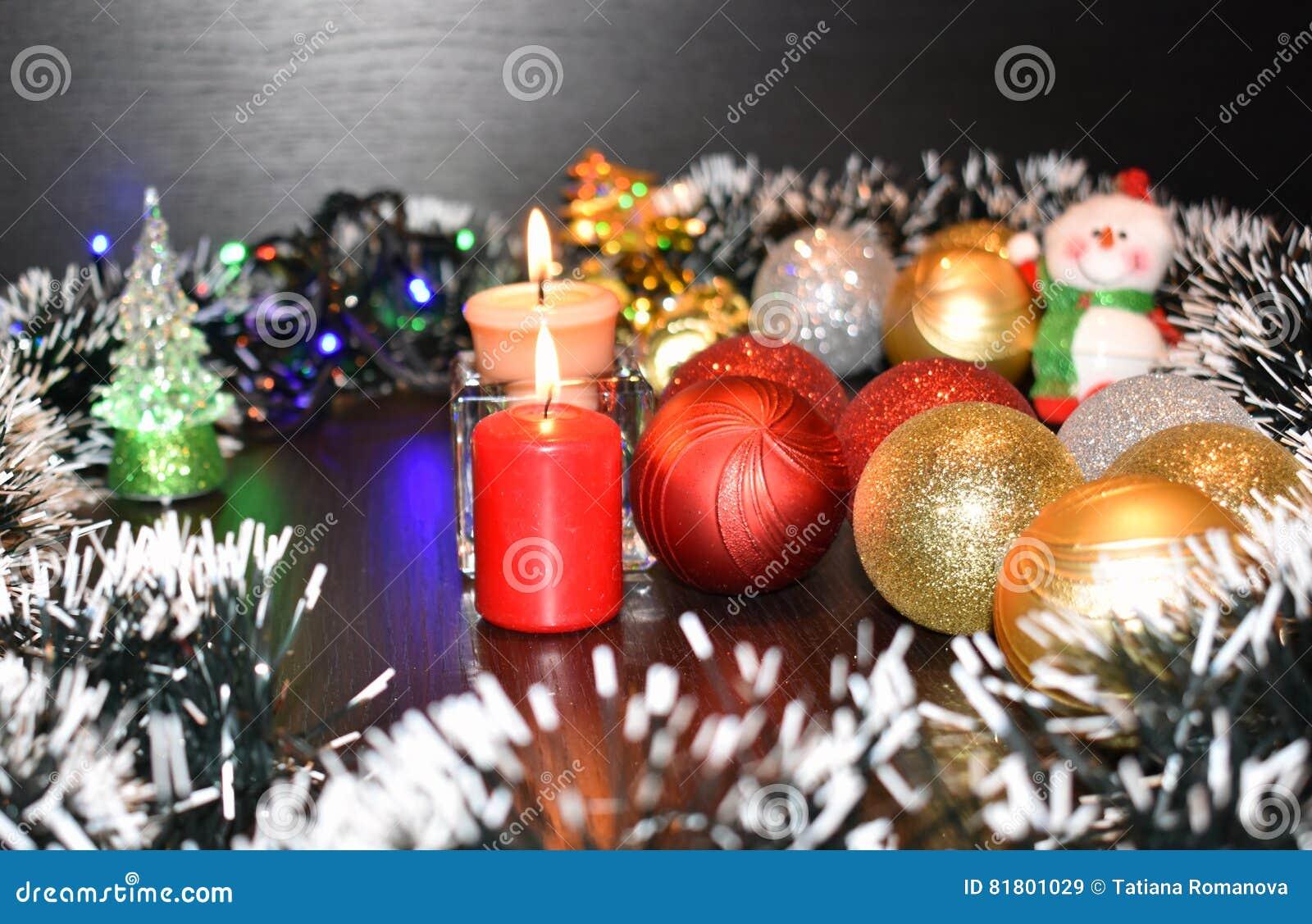2 горящих свечи и шарика рождества