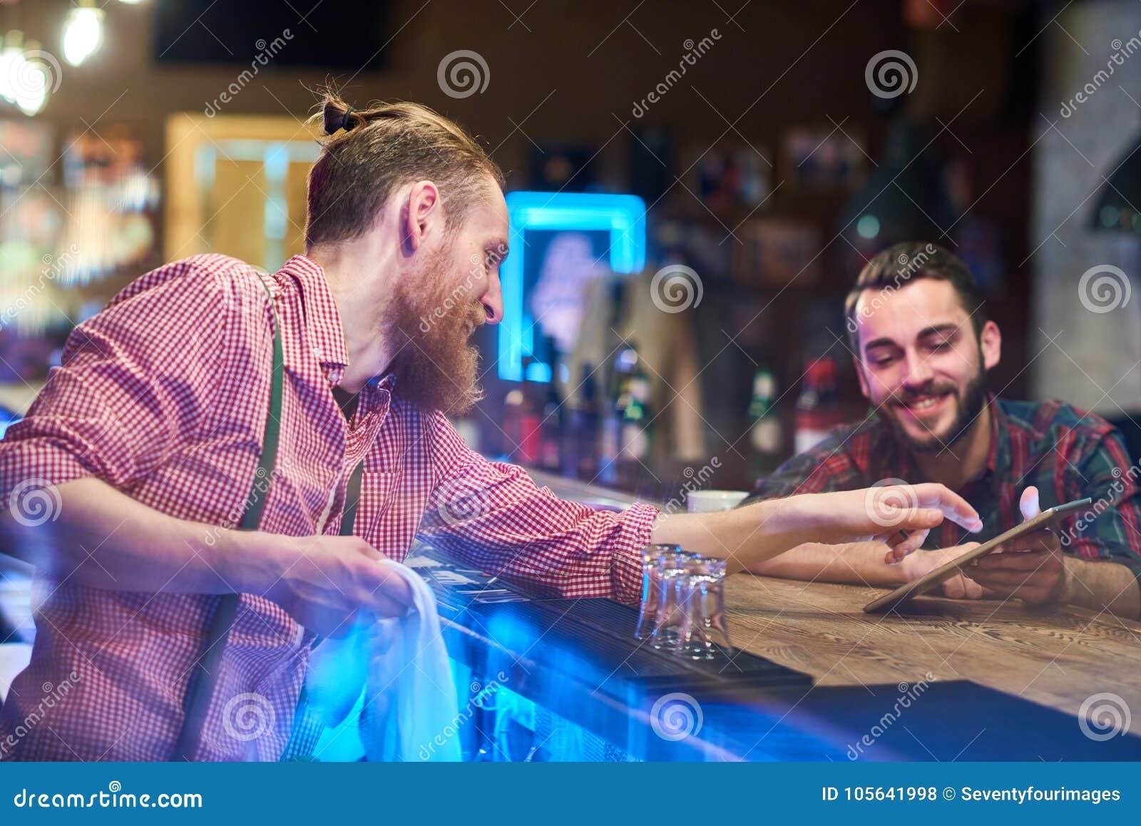 Гость порции бармена выбирая пить