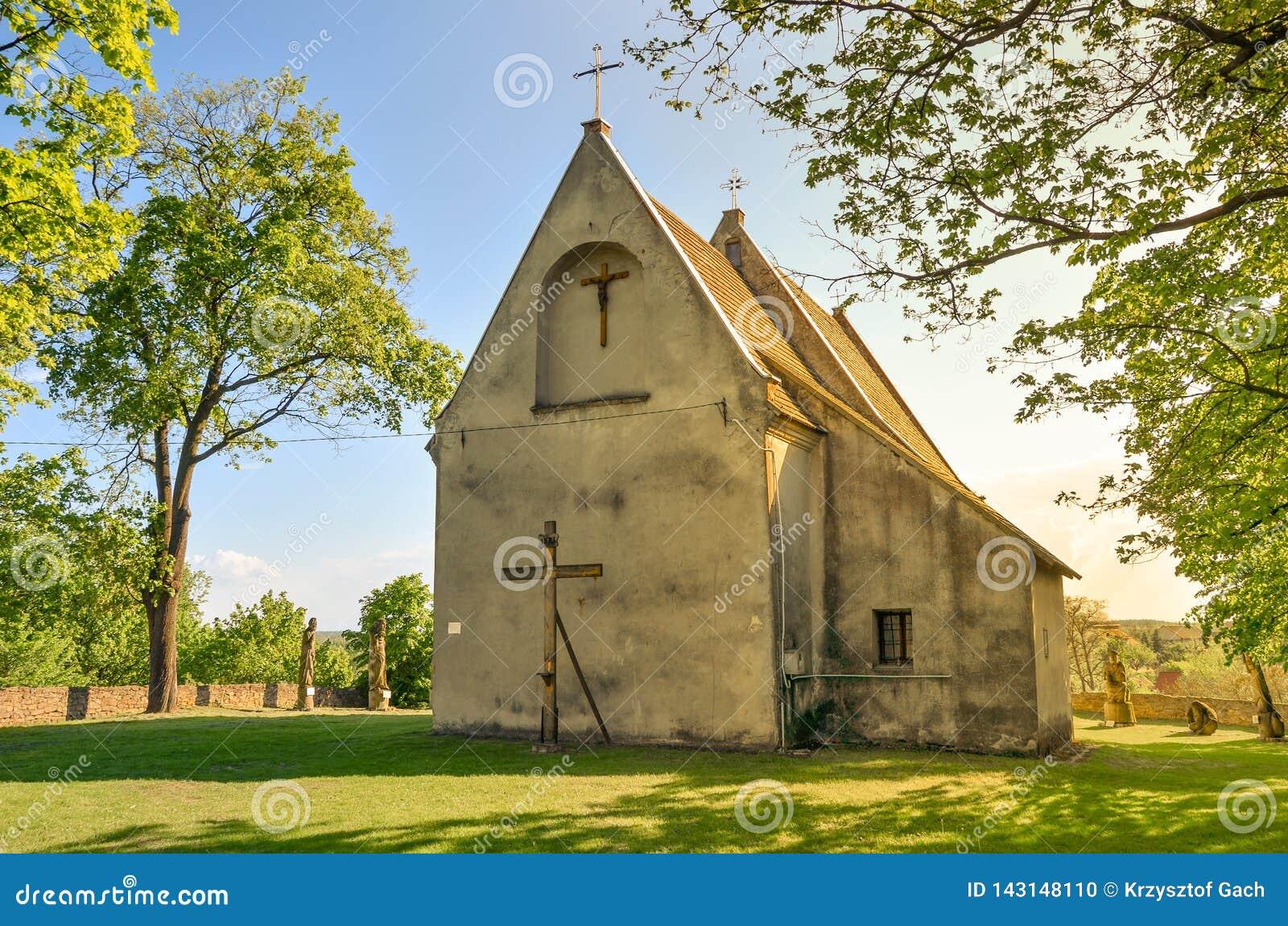 Готическая церковь всех Святых в Szydlow, Польше