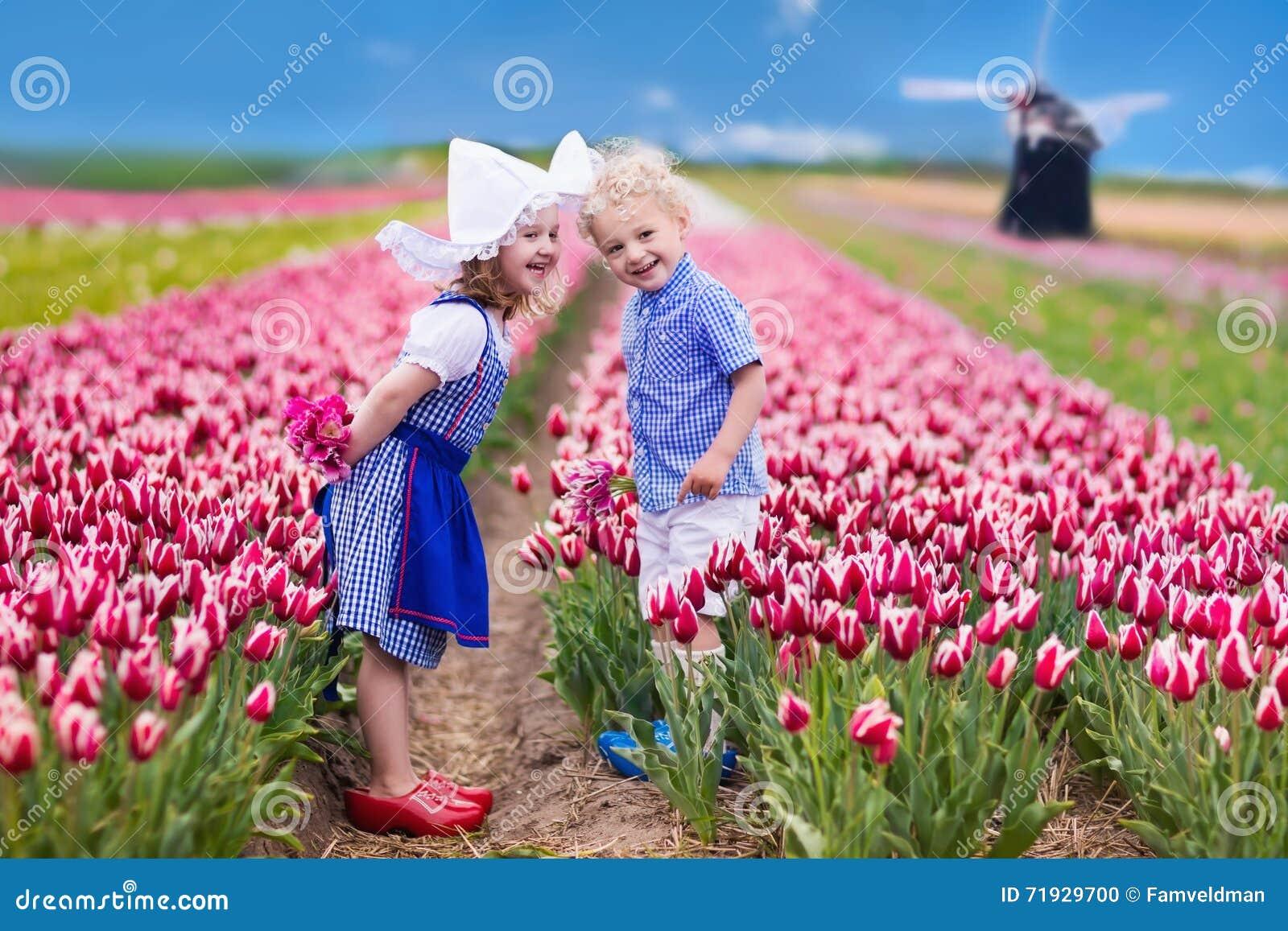 Голландские дети в поле тюльпана