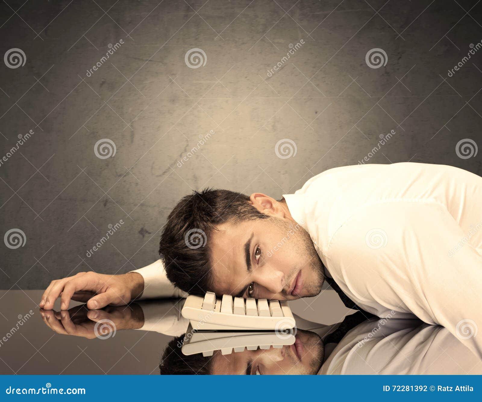 Download Голова разочарованного бизнесмена на клавиатуре Стоковое Фото - изображение насчитывающей грохая, анимизма: 72281392