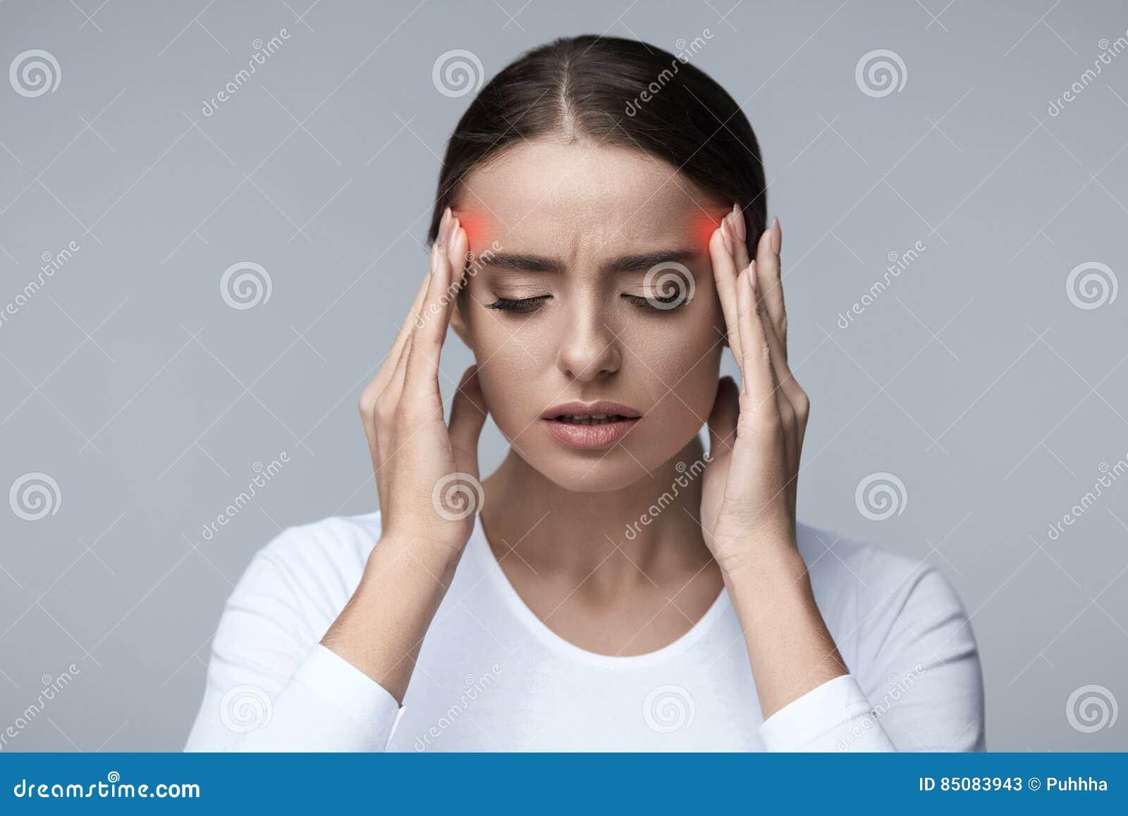 Головная боль Красивый стресс чувства женщины и сильная головная боль