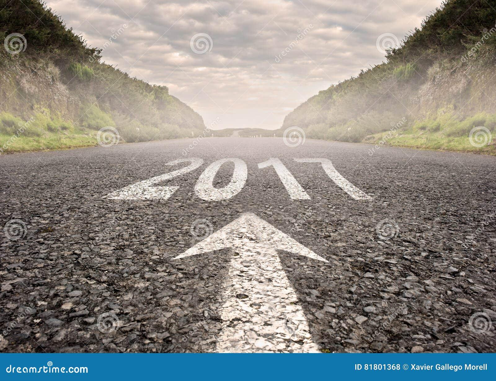Год 2017 покрашенный на дороге