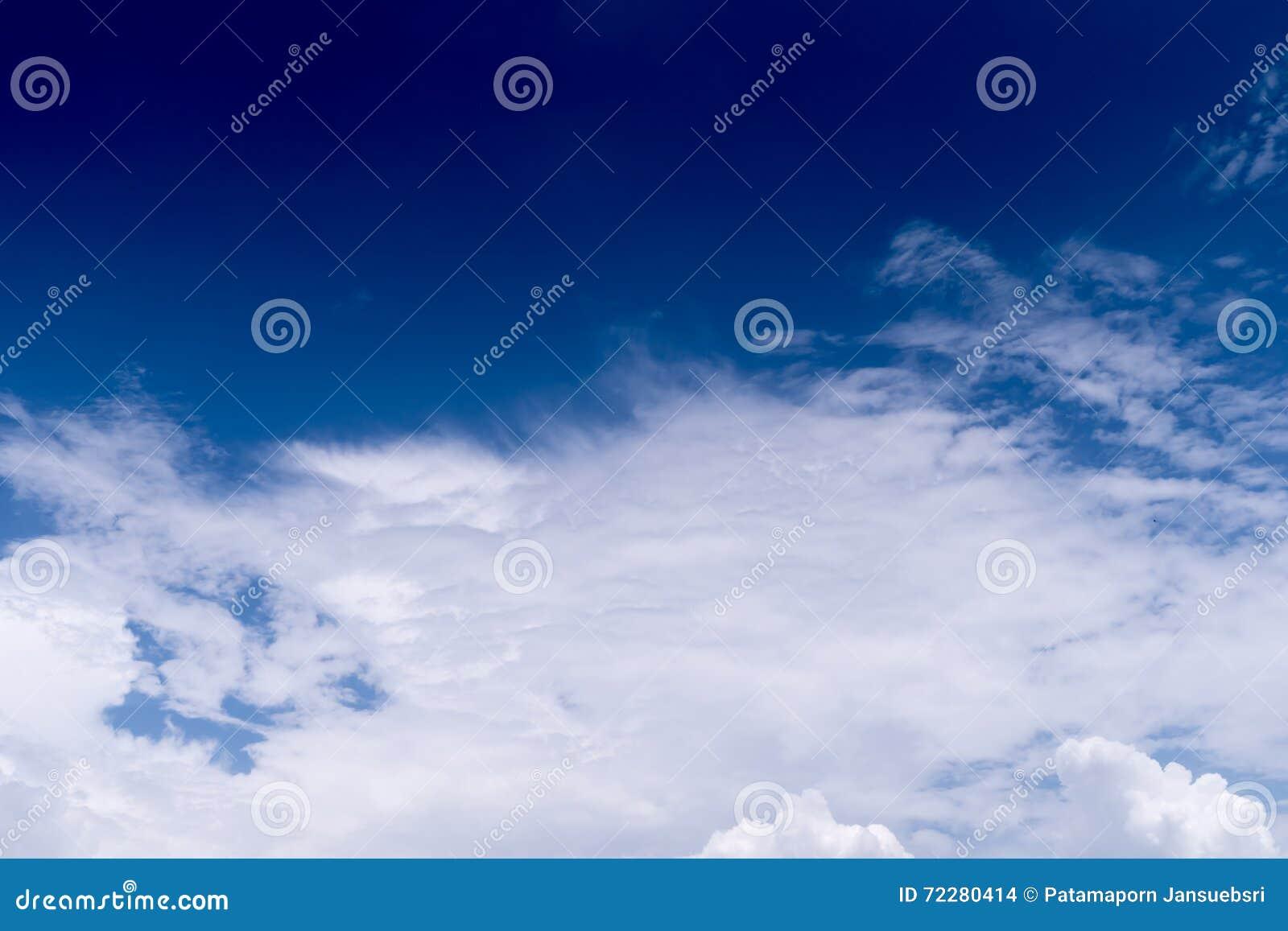 Download голубая белизна неба облака Стоковое Фото - изображение насчитывающей backhoe, бело: 72280414