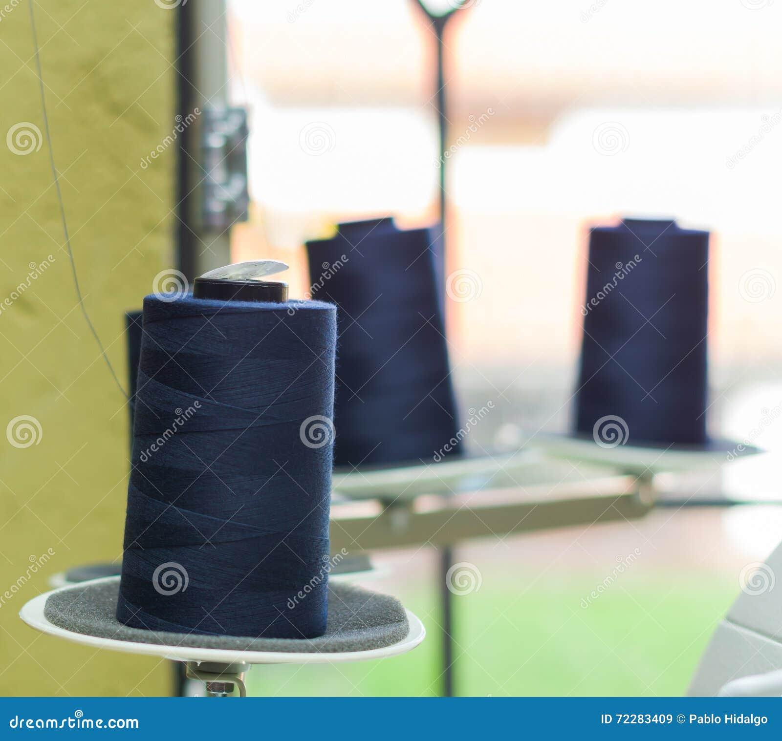 Download Голубая катышка потока готовая быть использованным в швейной машине, за другими катышками Стоковое Изображение - изображение насчитывающей изготовление, деталь: 72283409