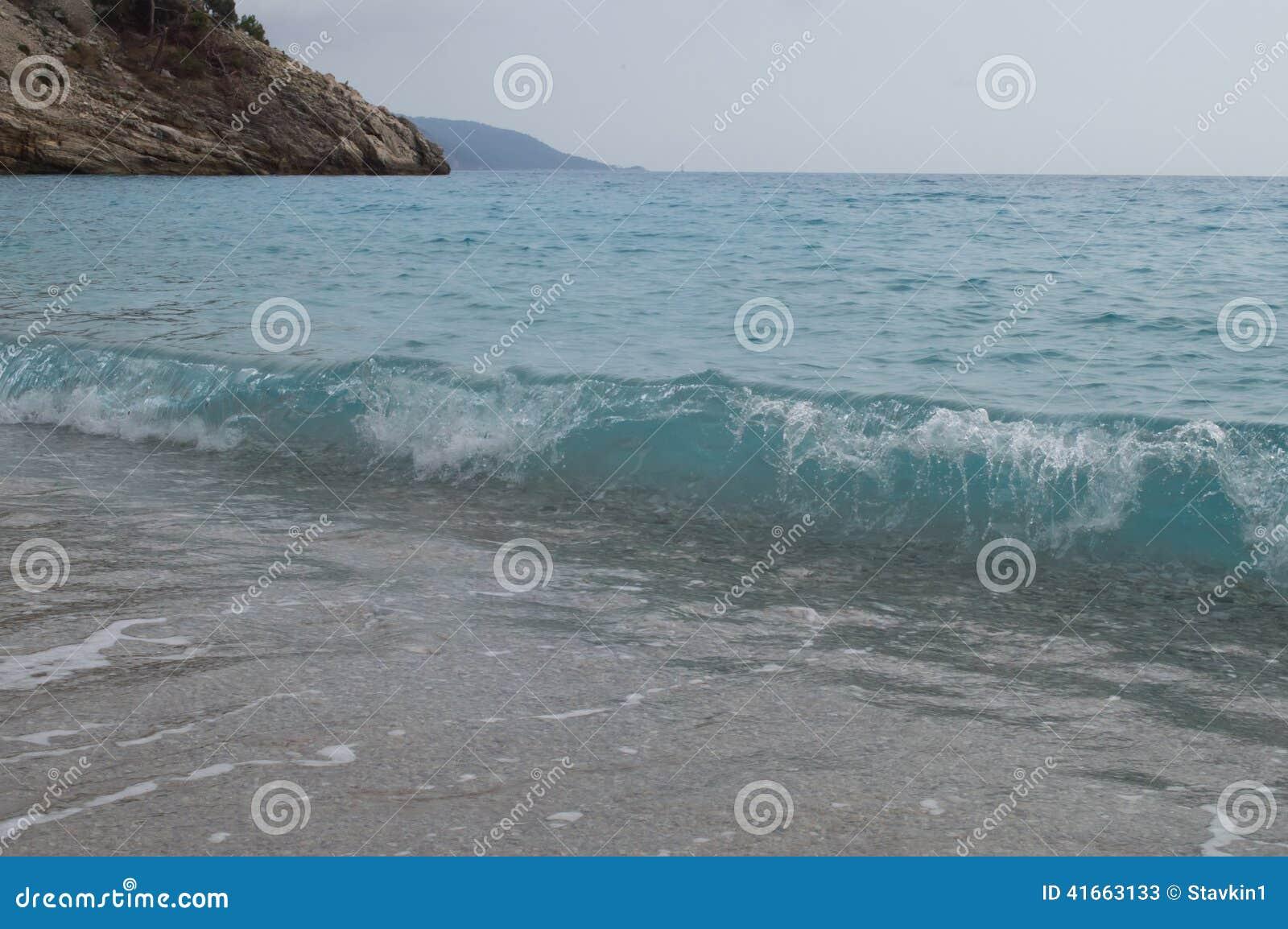 голубая прозрачная волна