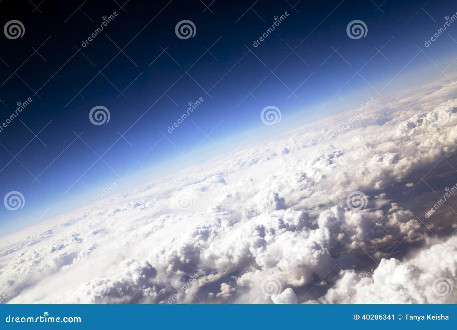 Голубое небо и тучные облака на высоте 5000 m