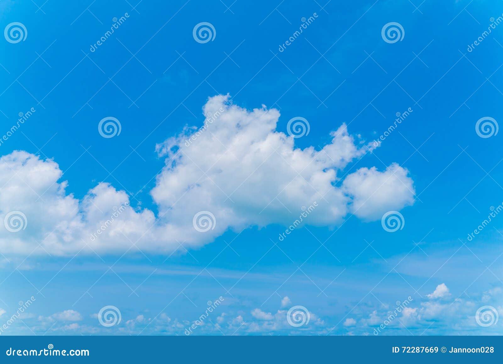 Download голубое небо облака стоковое изображение. изображение насчитывающей пасмурность - 72287669