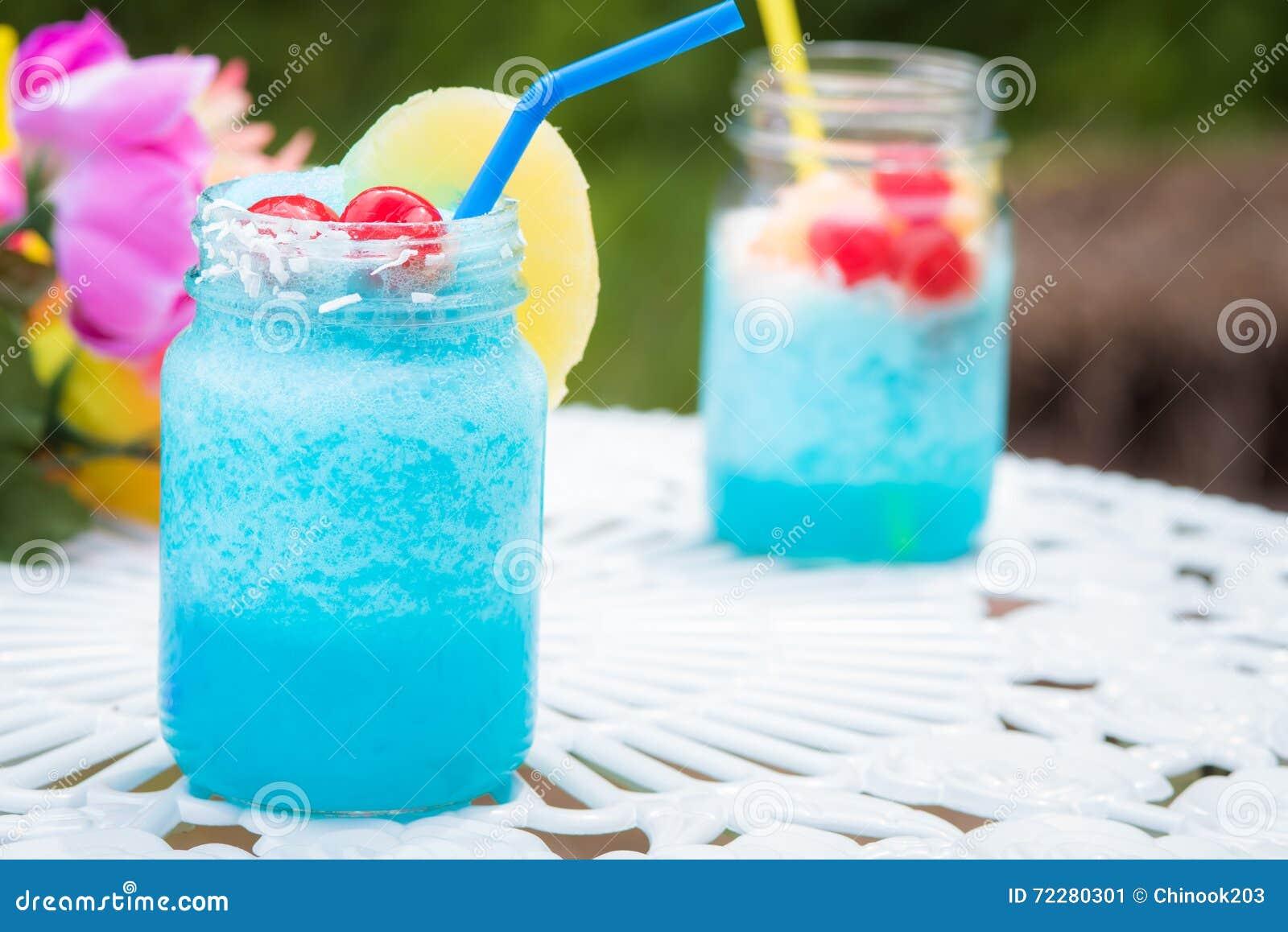 Download голубое питье коктеила стоковое изображение. изображение насчитывающей кокос - 72280301