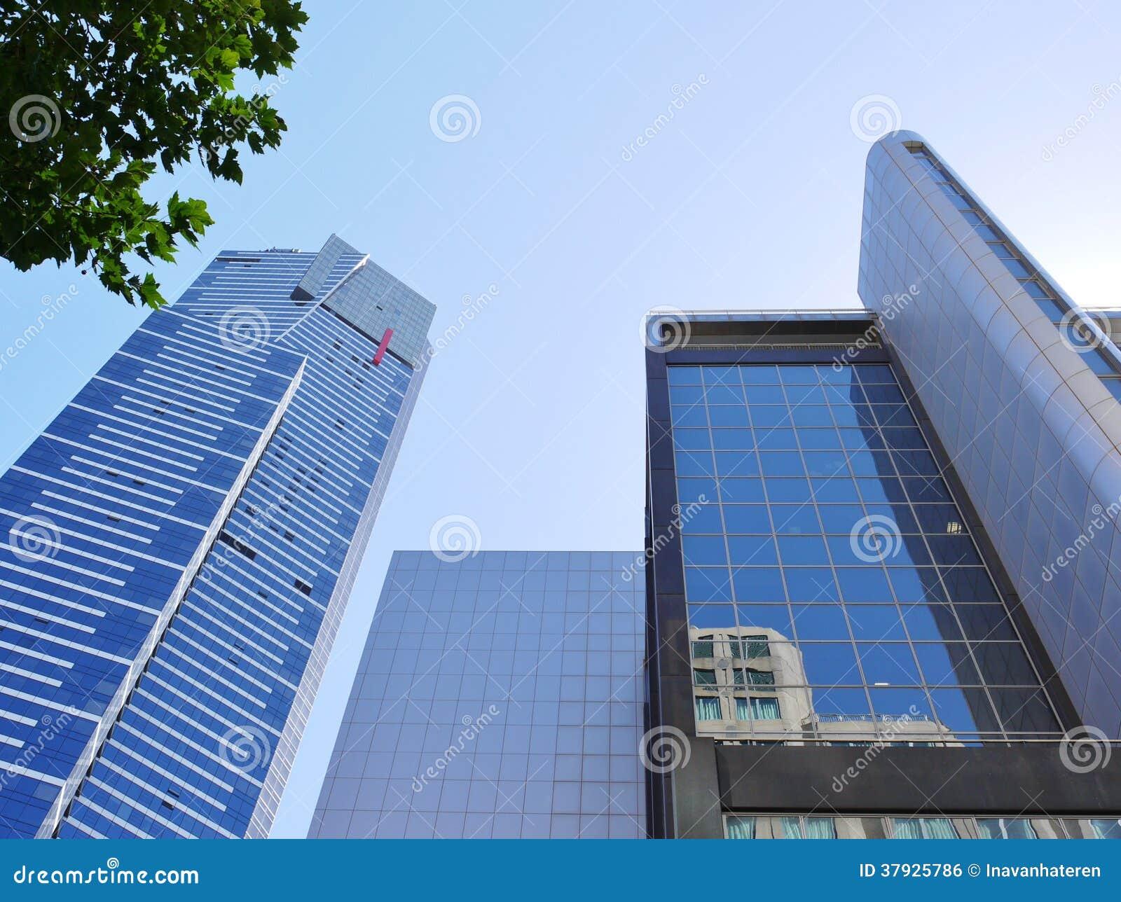 Голубые здания напротив голубого неба