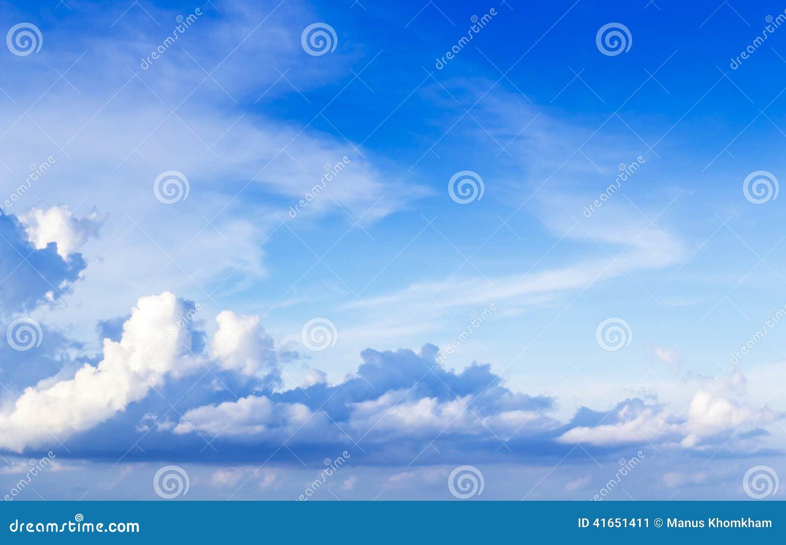 Голубые небо и пасмурный