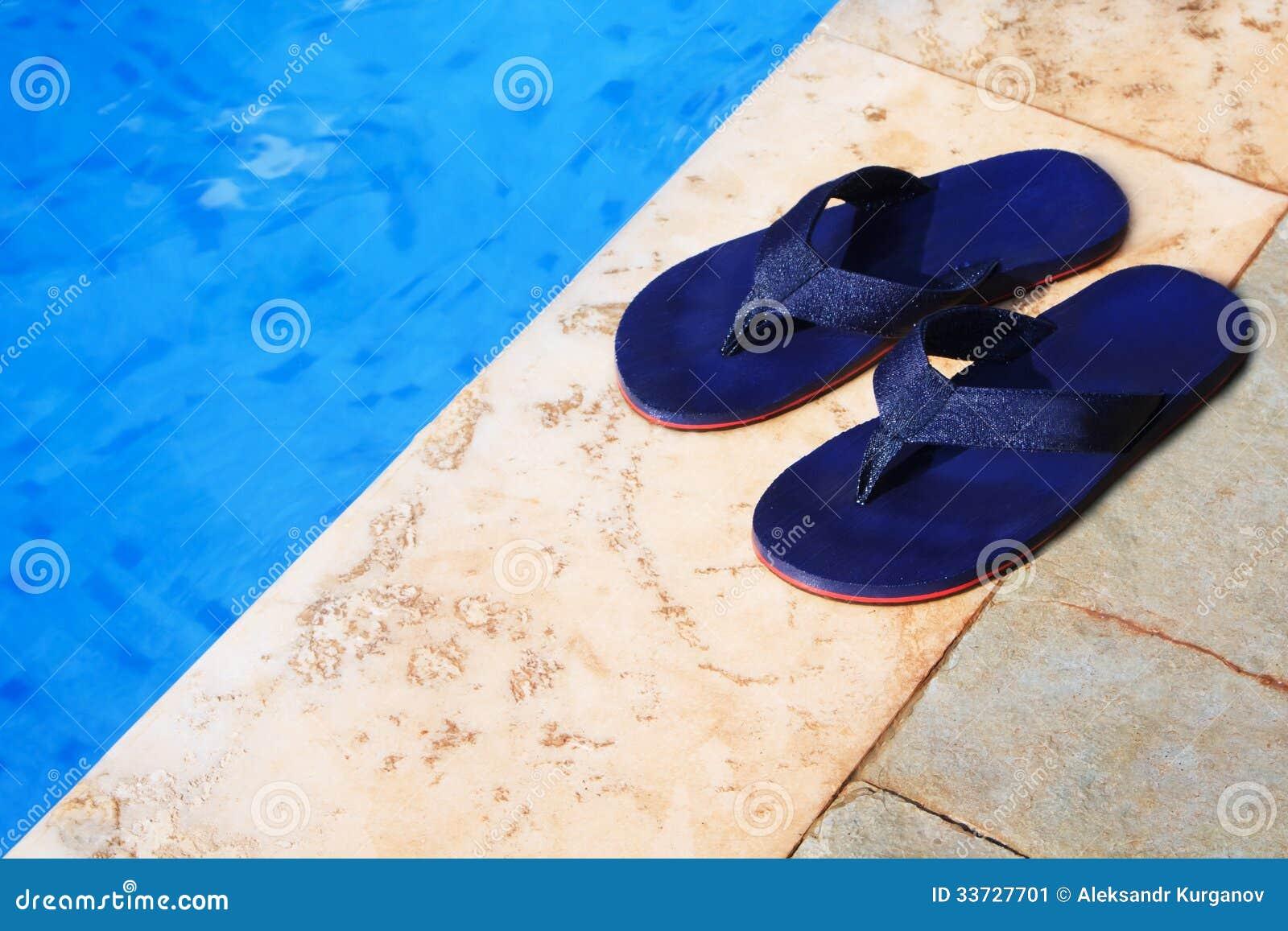 Голубые темповые сальто сальто на крае плавательного бассеина
