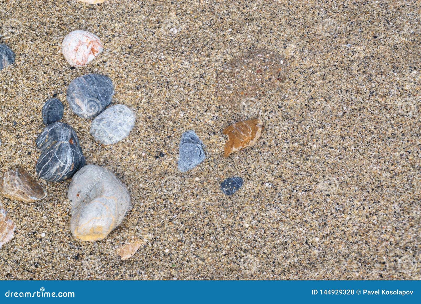 Гравий и песок на пляже