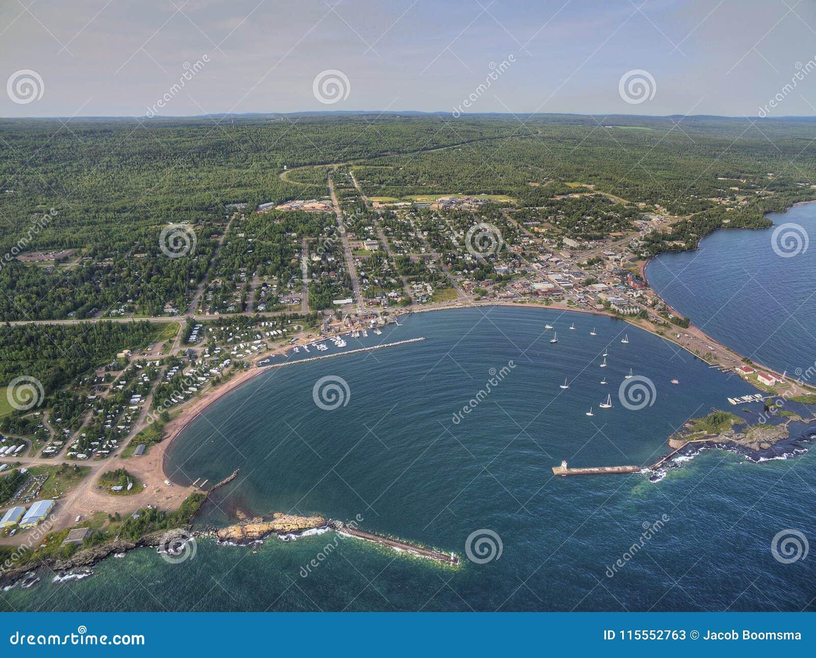 Грандиозное Marais малый город гавани на северном береге Lake Superior в Минесоте