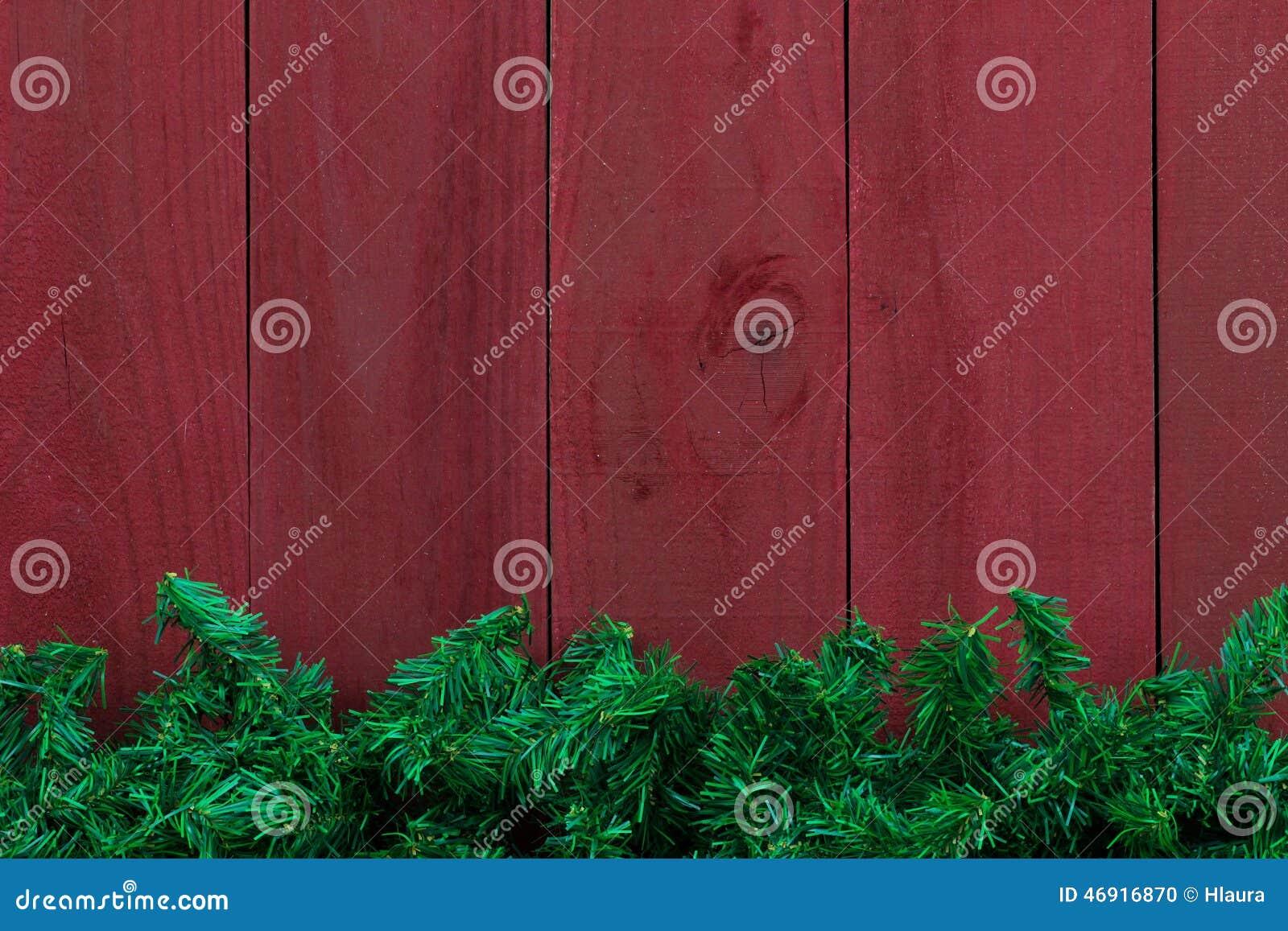 Граница гирлянды дерева рождества вечнозеленая с античной красной деревянной предпосылкой