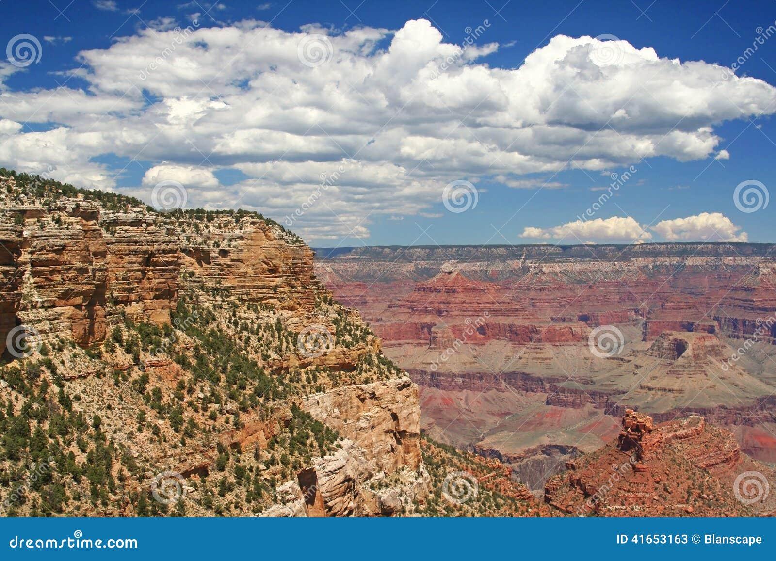 Гранд-каньон против голубого неба