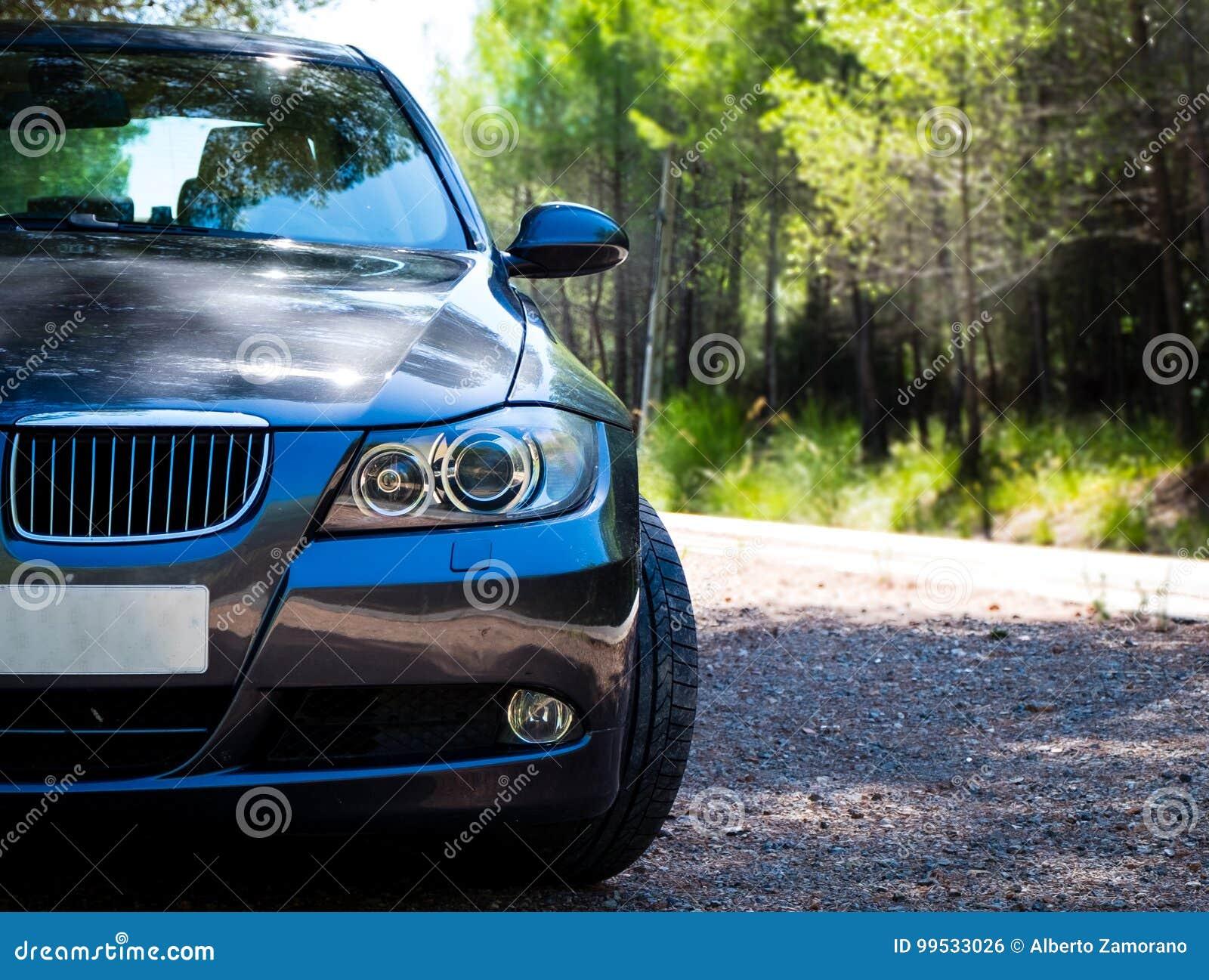Графит серии E90 330i BMW 3 сверкная на дороге горы