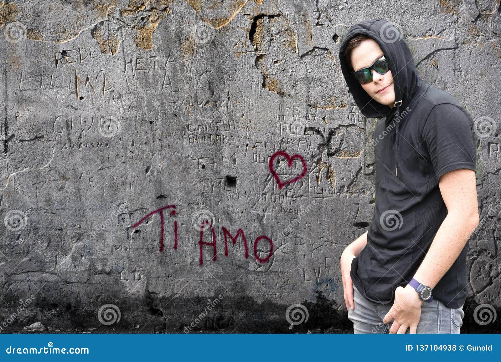 Граффити и мальчик amo ti с черным hoodie
