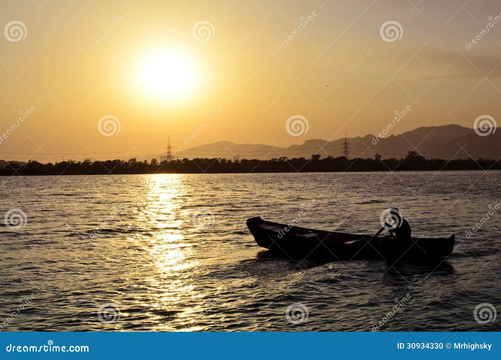 Гребля на озере Исламабаде Rawal
