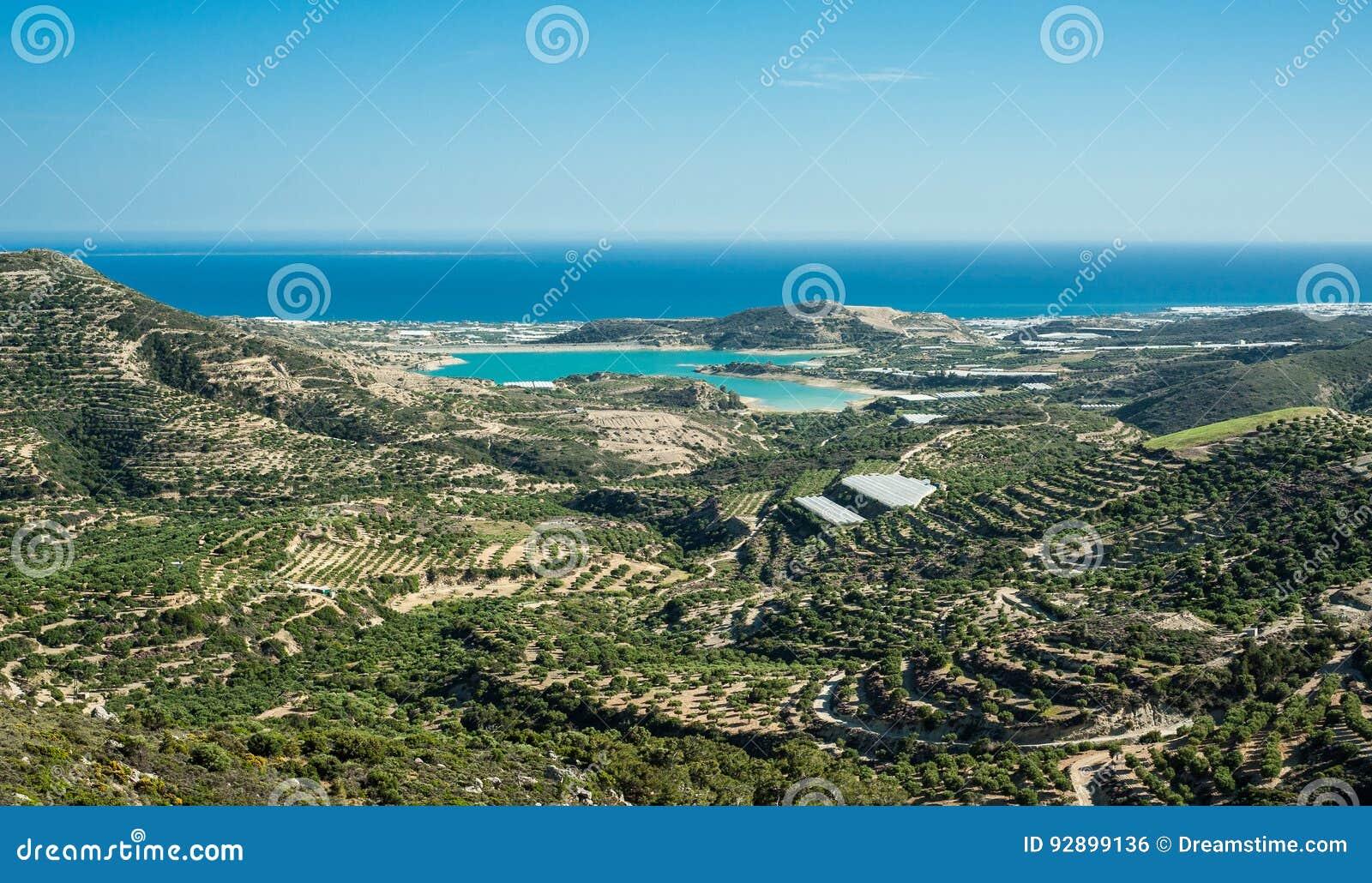Греция, Крит, взгляд к зеленым холмам и морю, оливковым деревам и