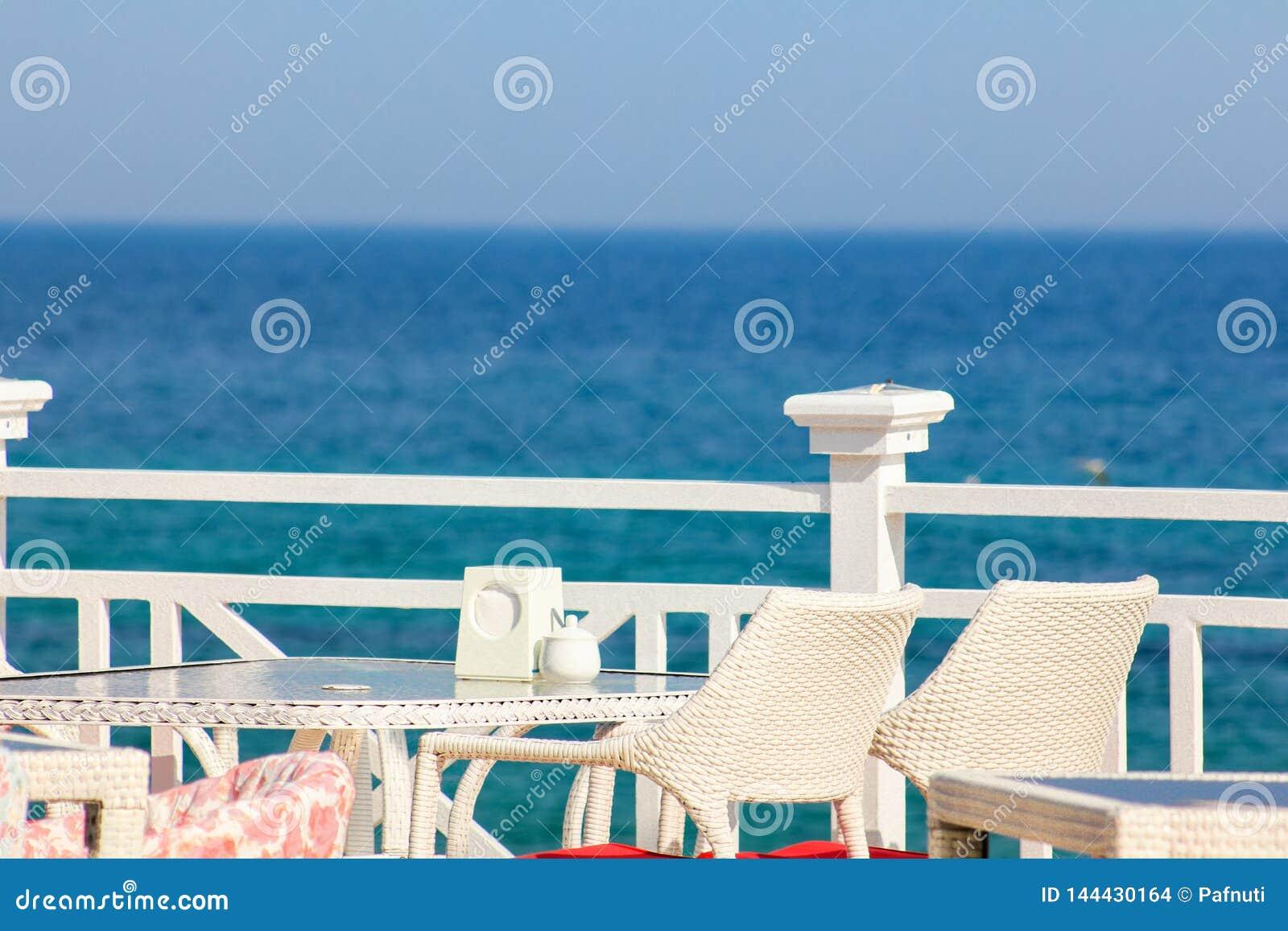 Греция, Santorini Ресторан с, который служат таблицей в набережной Эгейского моря на острове Santorini Кикладов с захватывающим
