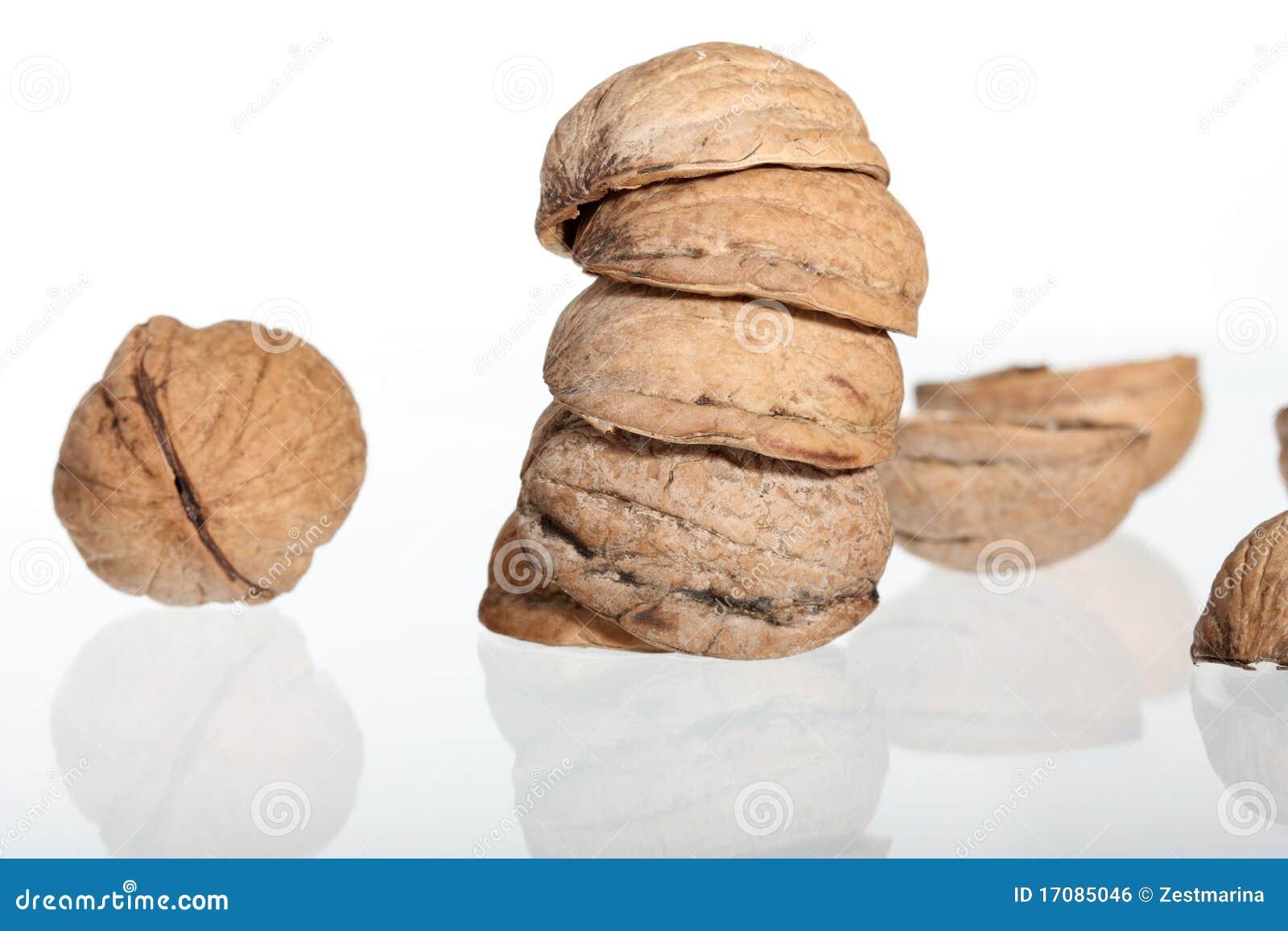 грецкие орехи изолированные группой белые
