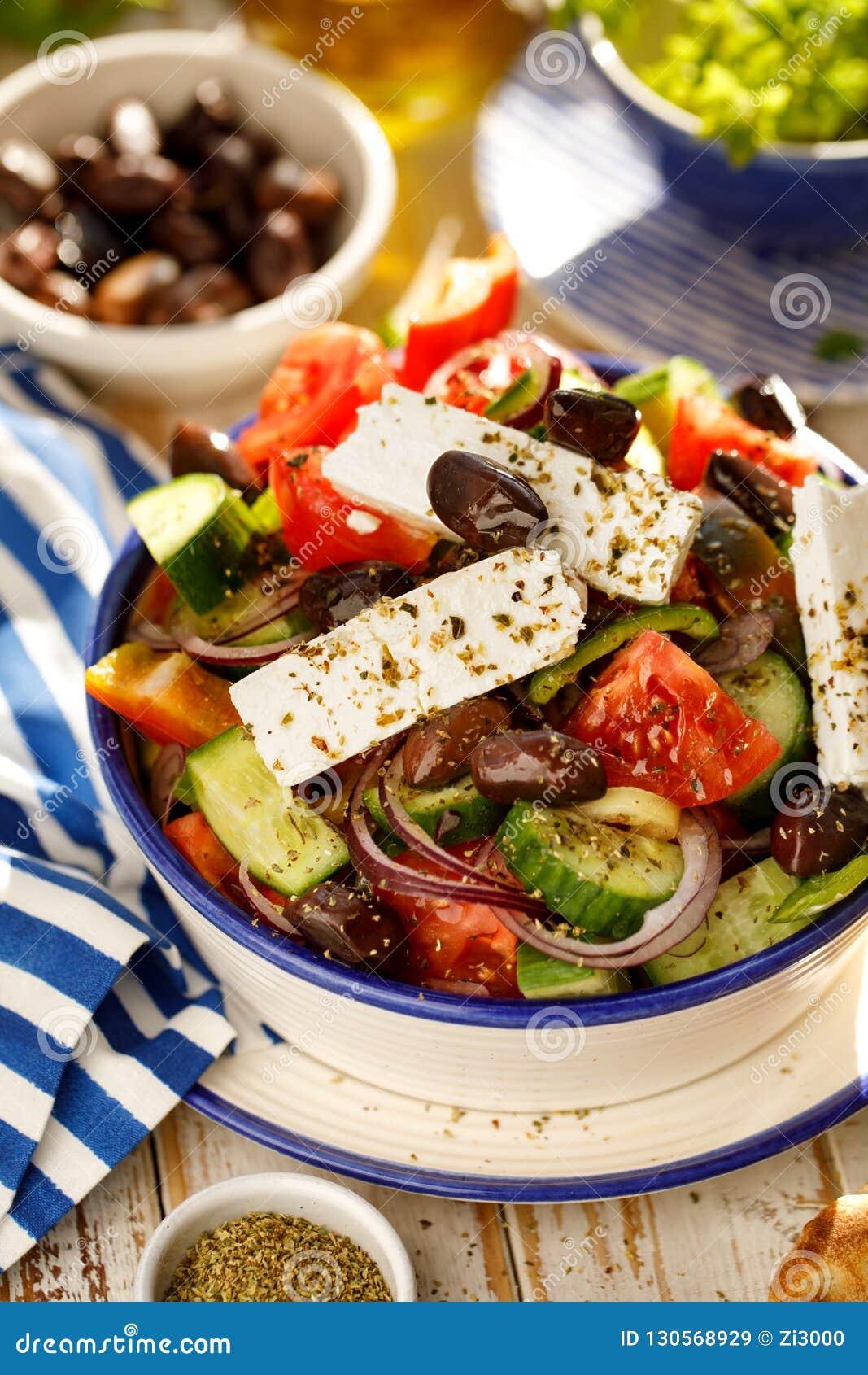 греческий салат Традиционный греческий салат состоя из свежих овощей как томаты, огурцы, перцы, луки, душица и oliv
