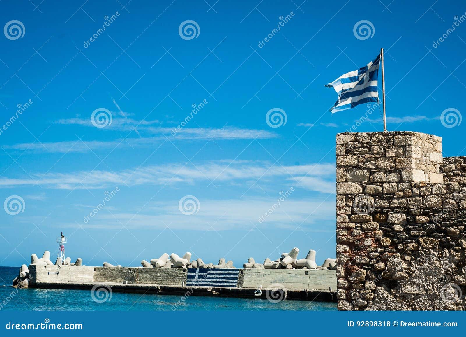 Греческий флаг на верхней части городищ Греция, Крит, fortific