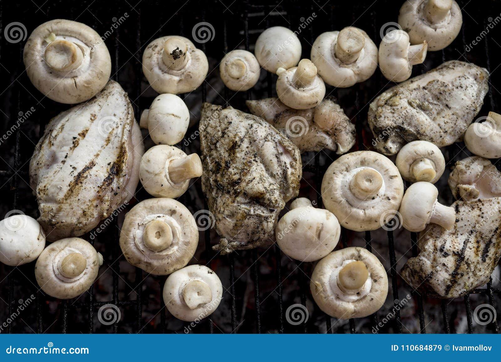 Гриль BBQ с много грибами и вкусным мясом куриной грудки