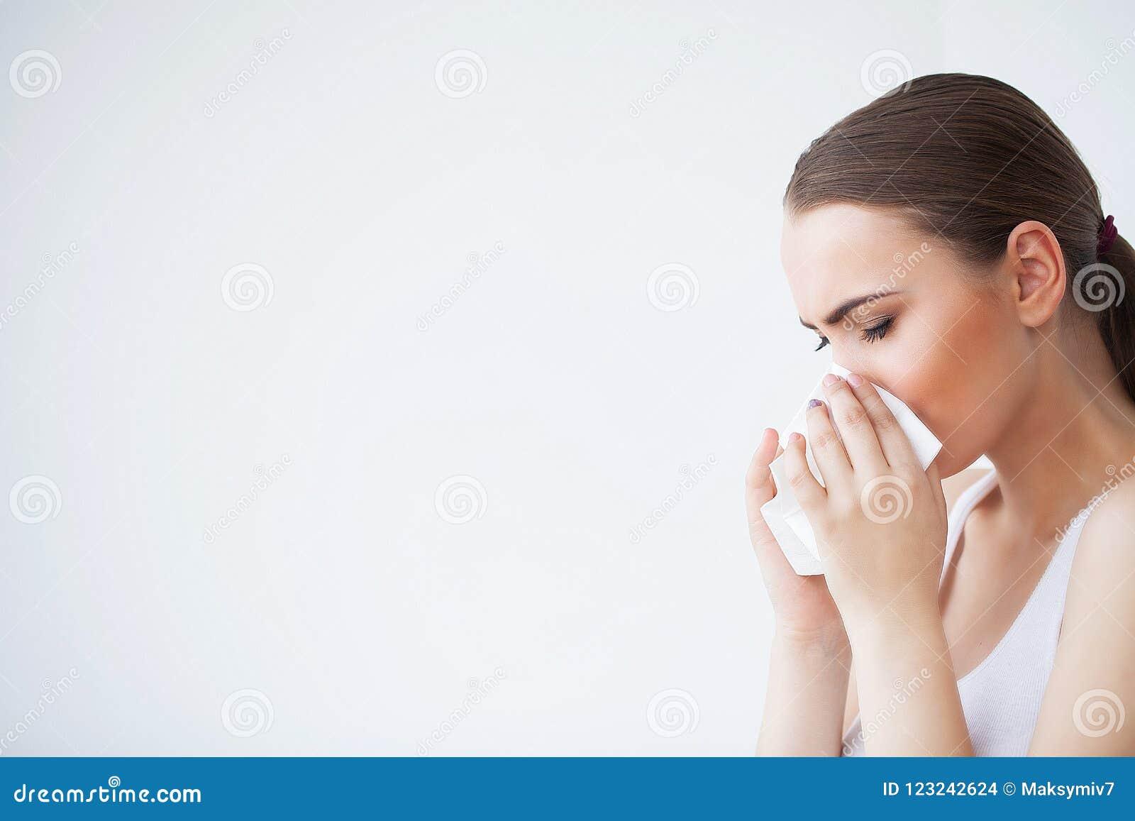 Грипп и больная женщина Больная женщина используя бумажную ткань, головной холод Pro