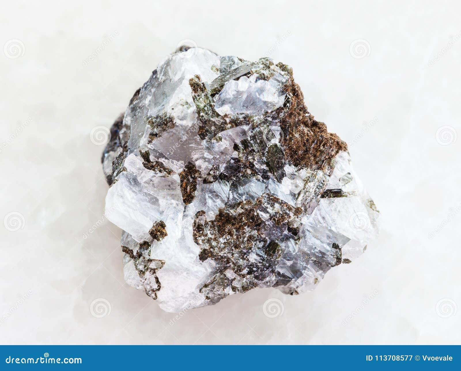 грубый камень сфалерита (сфалерита цинка) на белизне