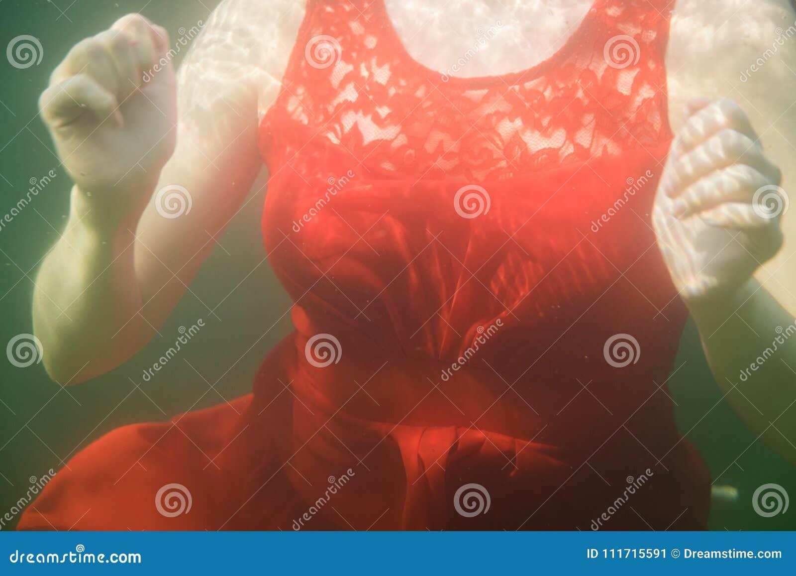 Грудь красного винтажного платья