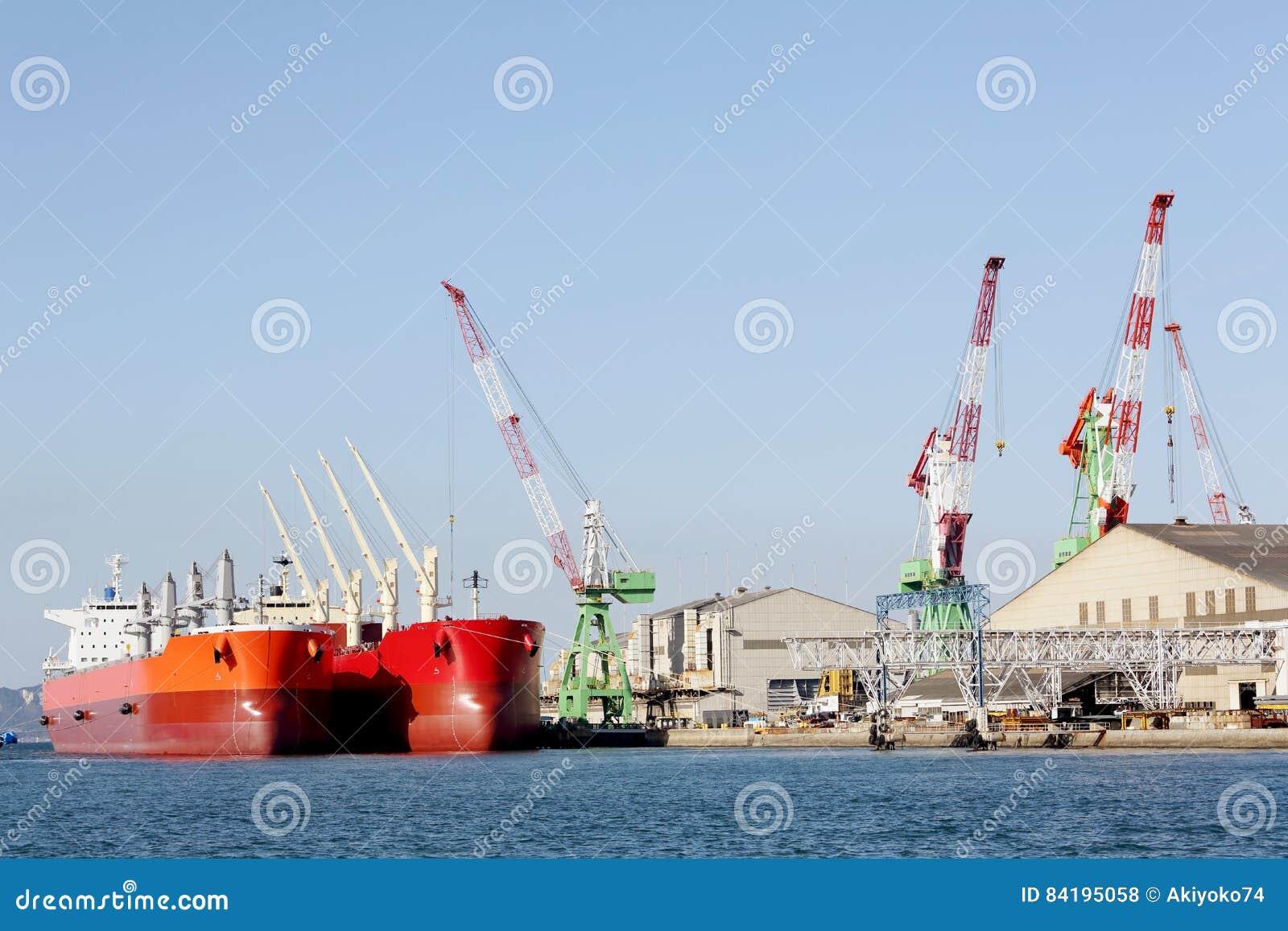 Грузовой корабль контейнера состыкованный в порте