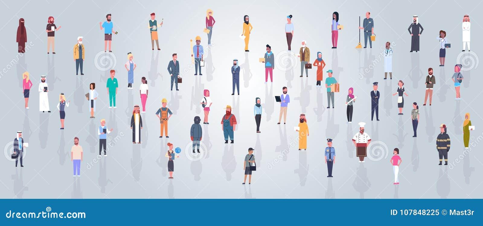 Группа в составе арабские люди нося традиционные одежды полнометражная арабская толпа бизнесмена и женщины, мусульманский мужчина