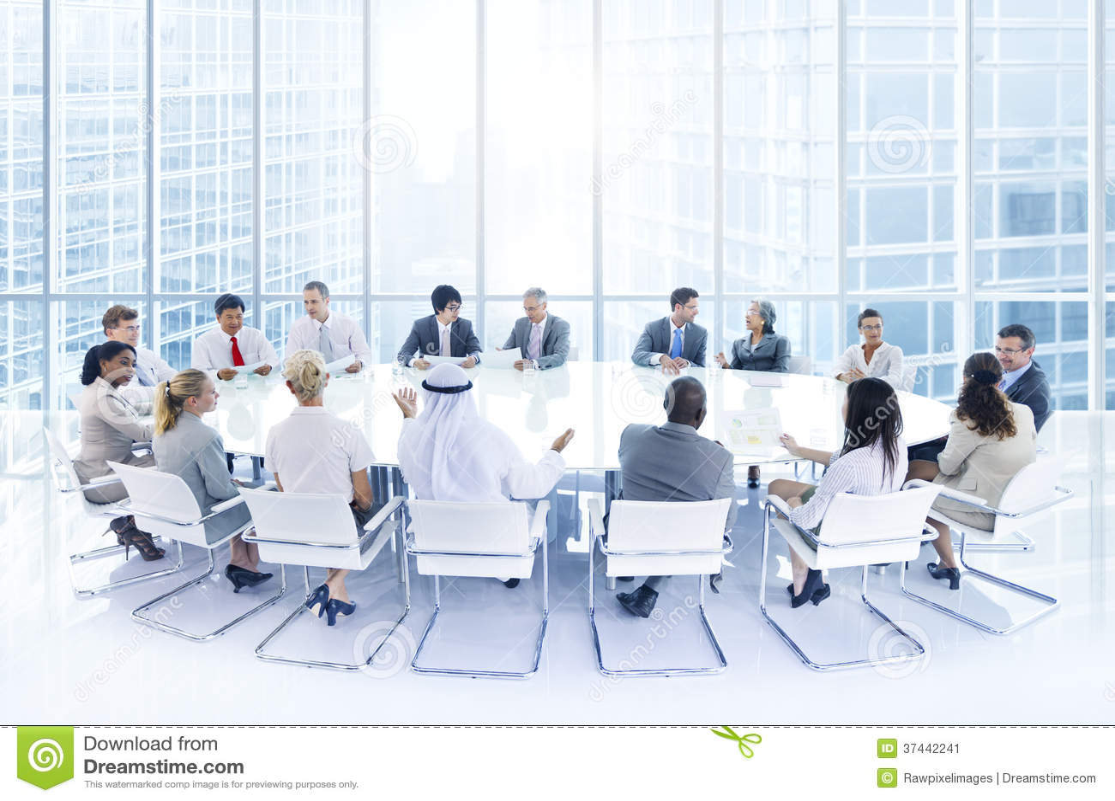 Группа в составе бизнесмены встречая в офисе