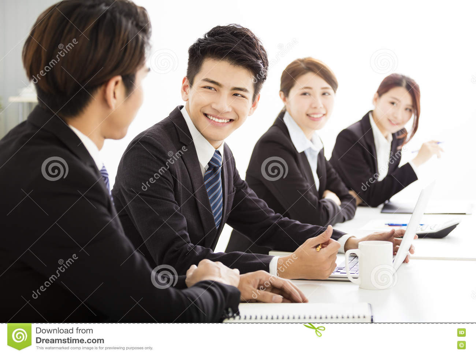 Группа в составе бизнесмены имея встречать совместно