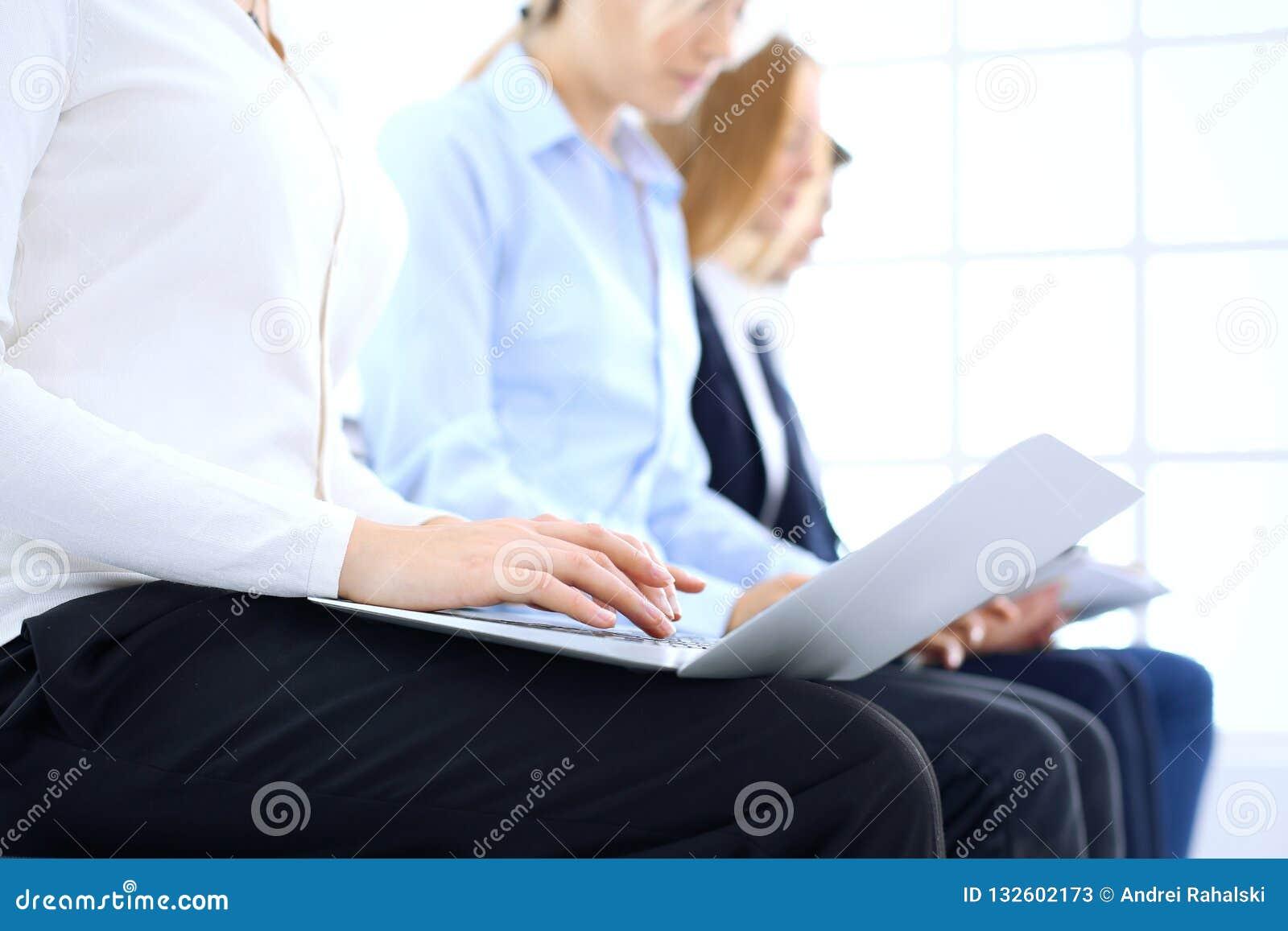 Группа в составе бизнесмены сидя в собеседовании для приема на работу офиса ждать, конце-вверх Руки женщины работая на компьтер-к