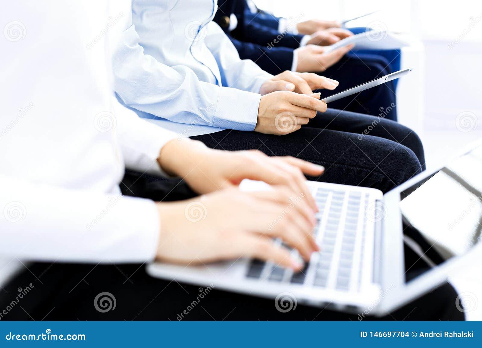Группа в составе бизнесмены сидя в собеседовании для приема на работу офиса ждать, конце-вверх Руки женщины работая на ноутбуке