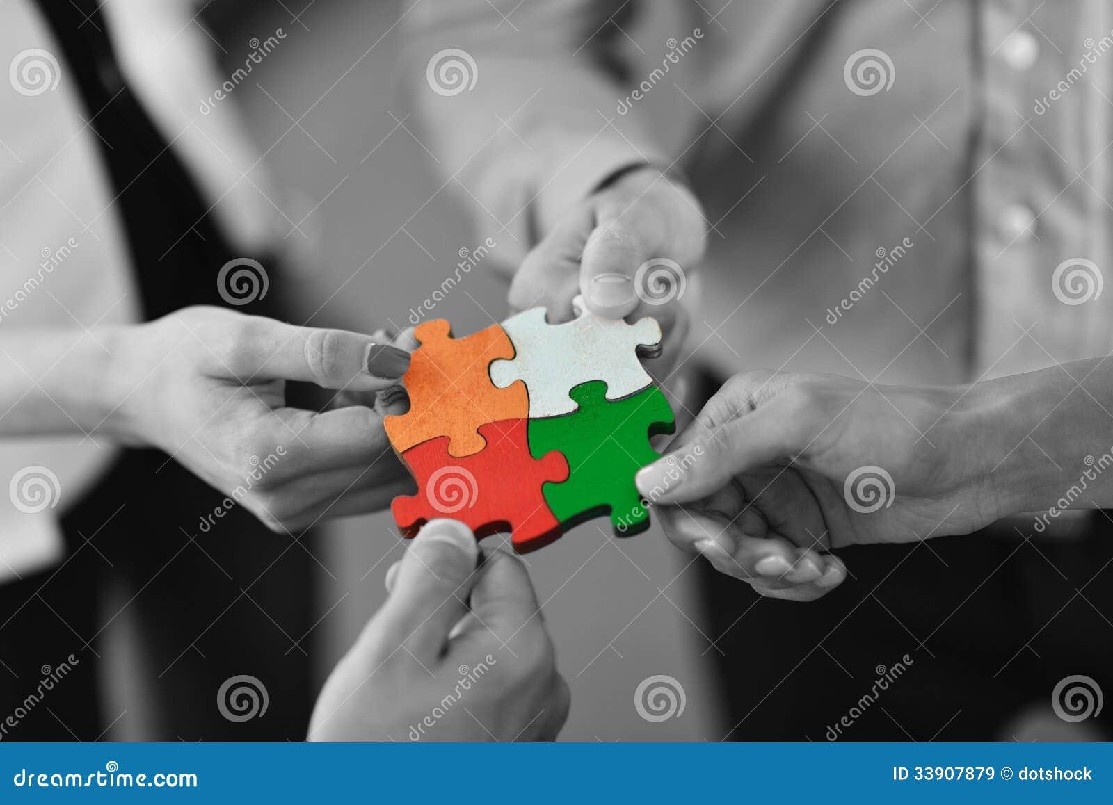 Группа в составе бизнесмены собирая мозаику