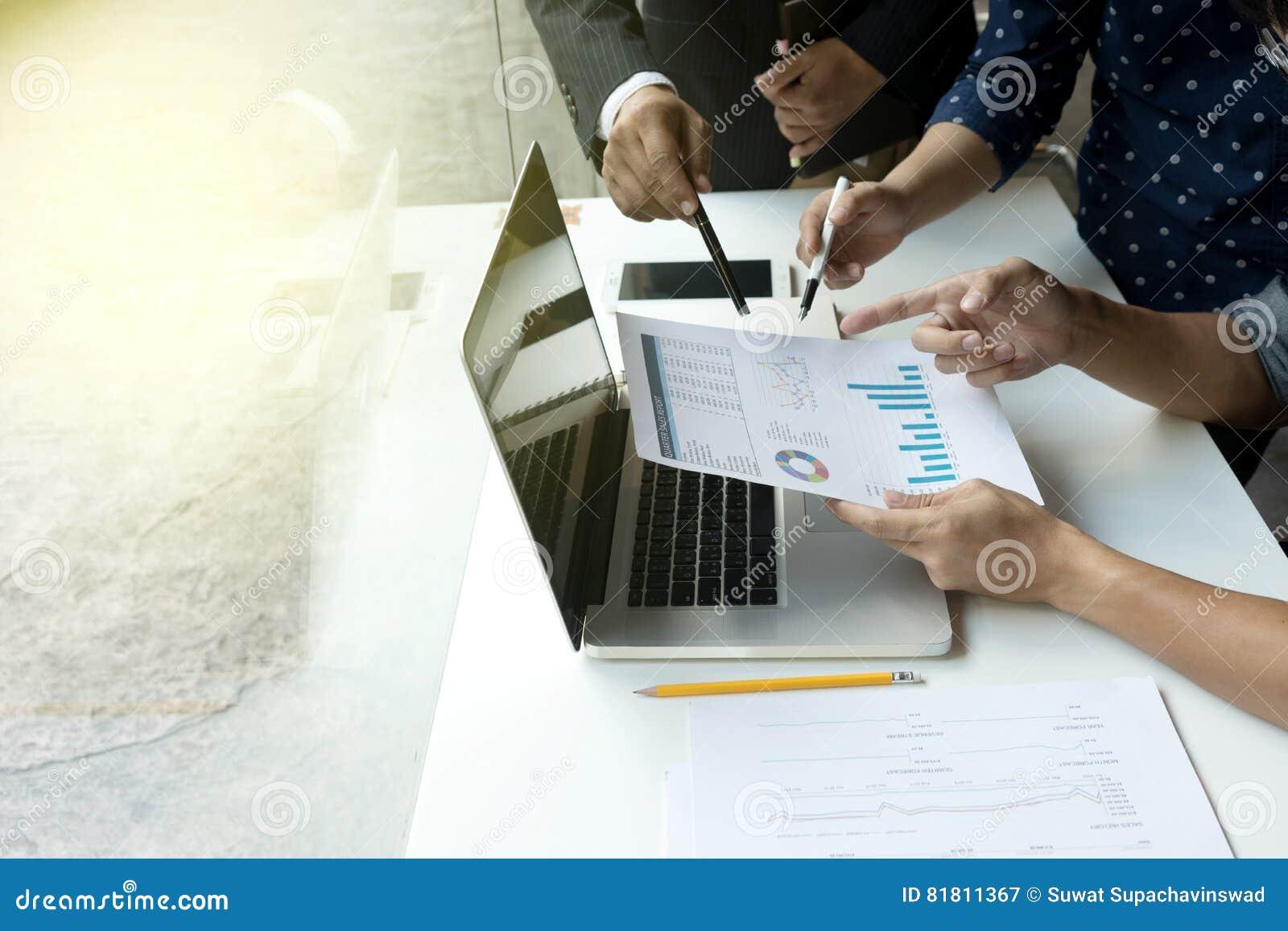 Группа в составе бизнесмен работает совместно