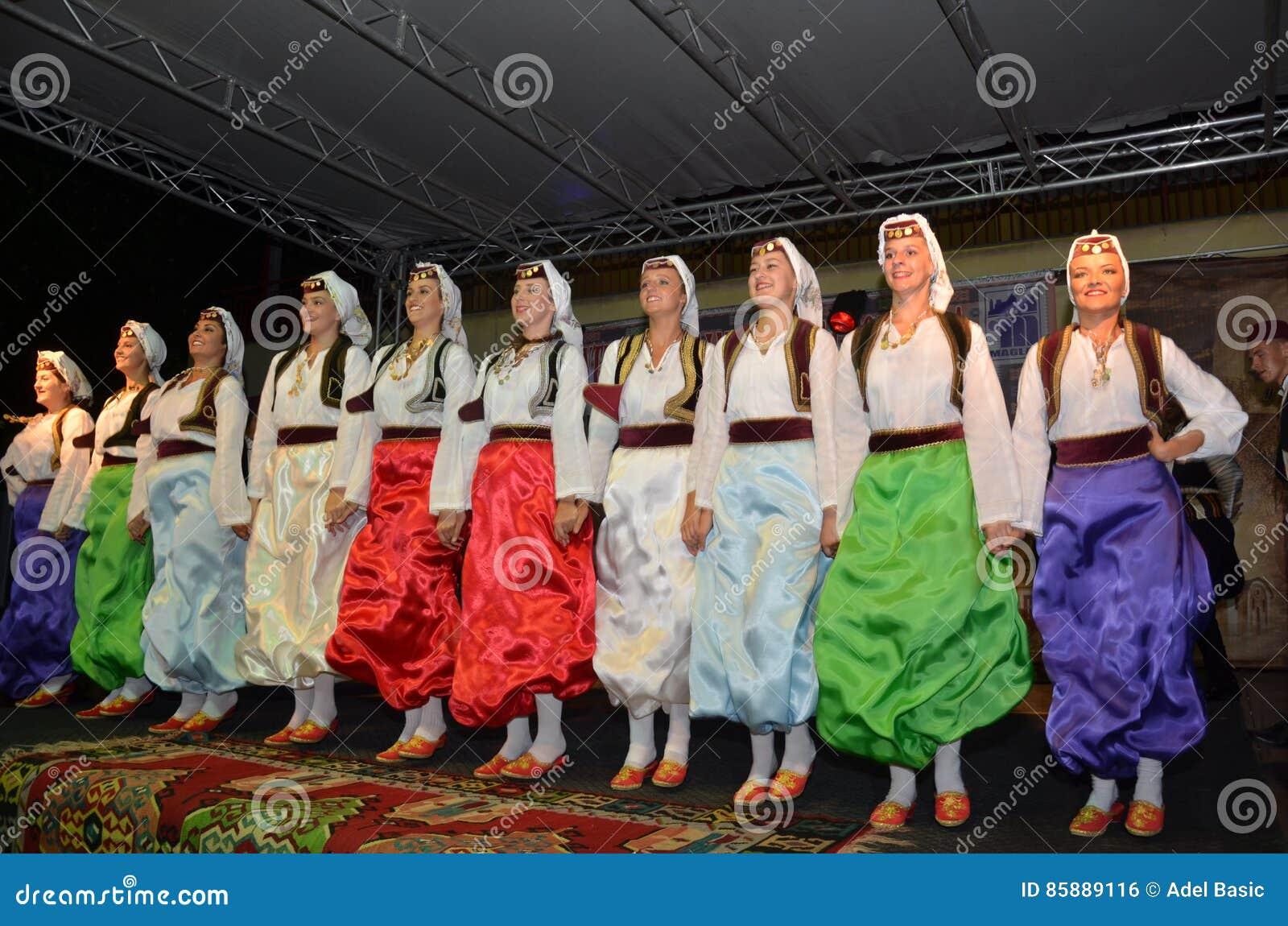 Группа в составе боснийские девушки на этапе