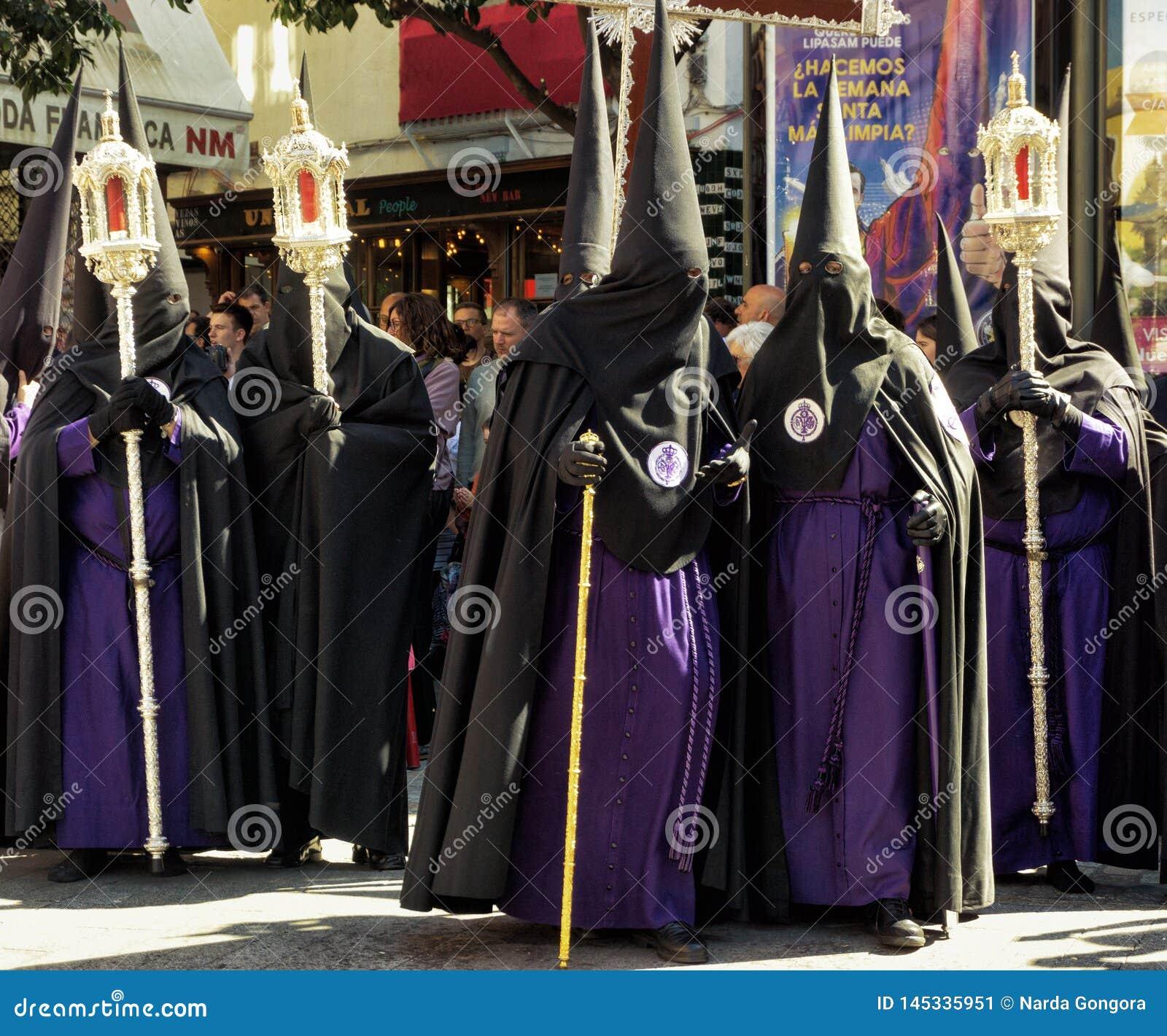 Группа в составе братство в улице в Севилье, Испании
