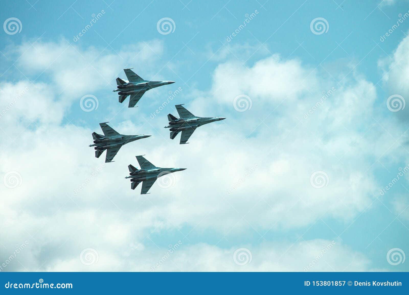Группа в составе 4 военного самолета бойцов, самолет двигателя в небе делает маневры