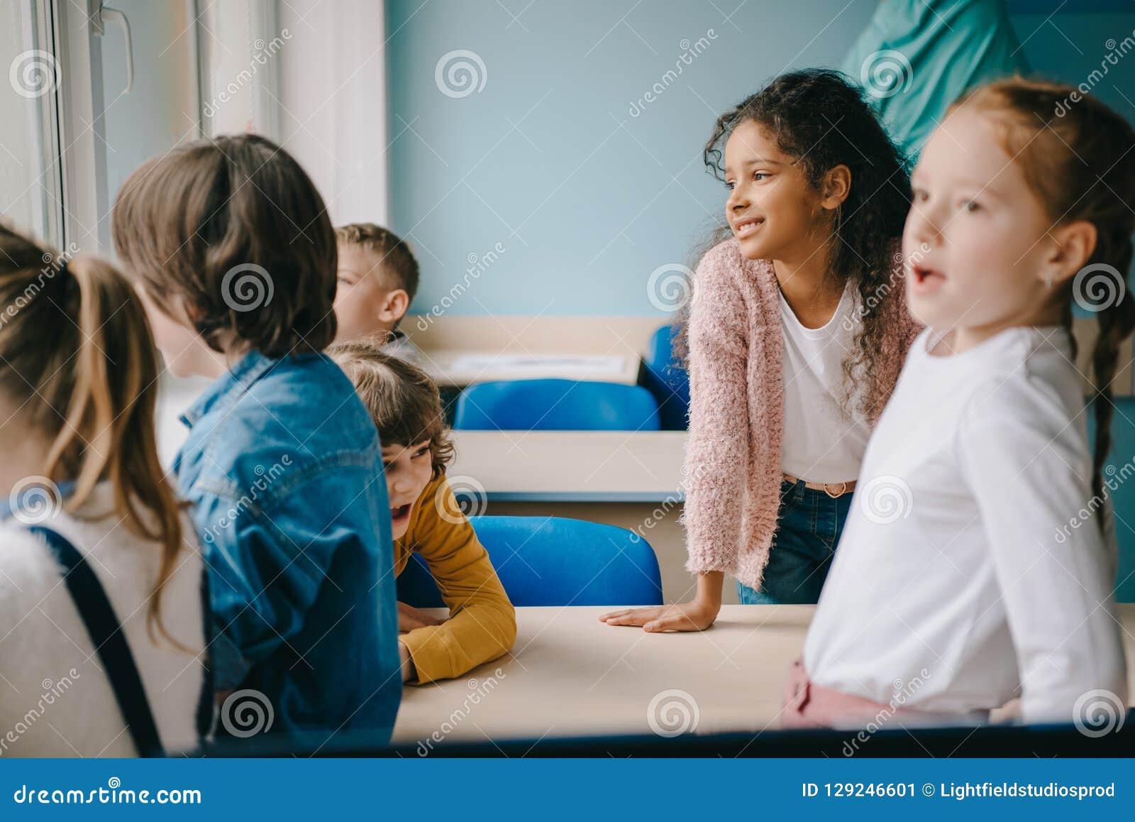 группа в составе дети тратя время совместно