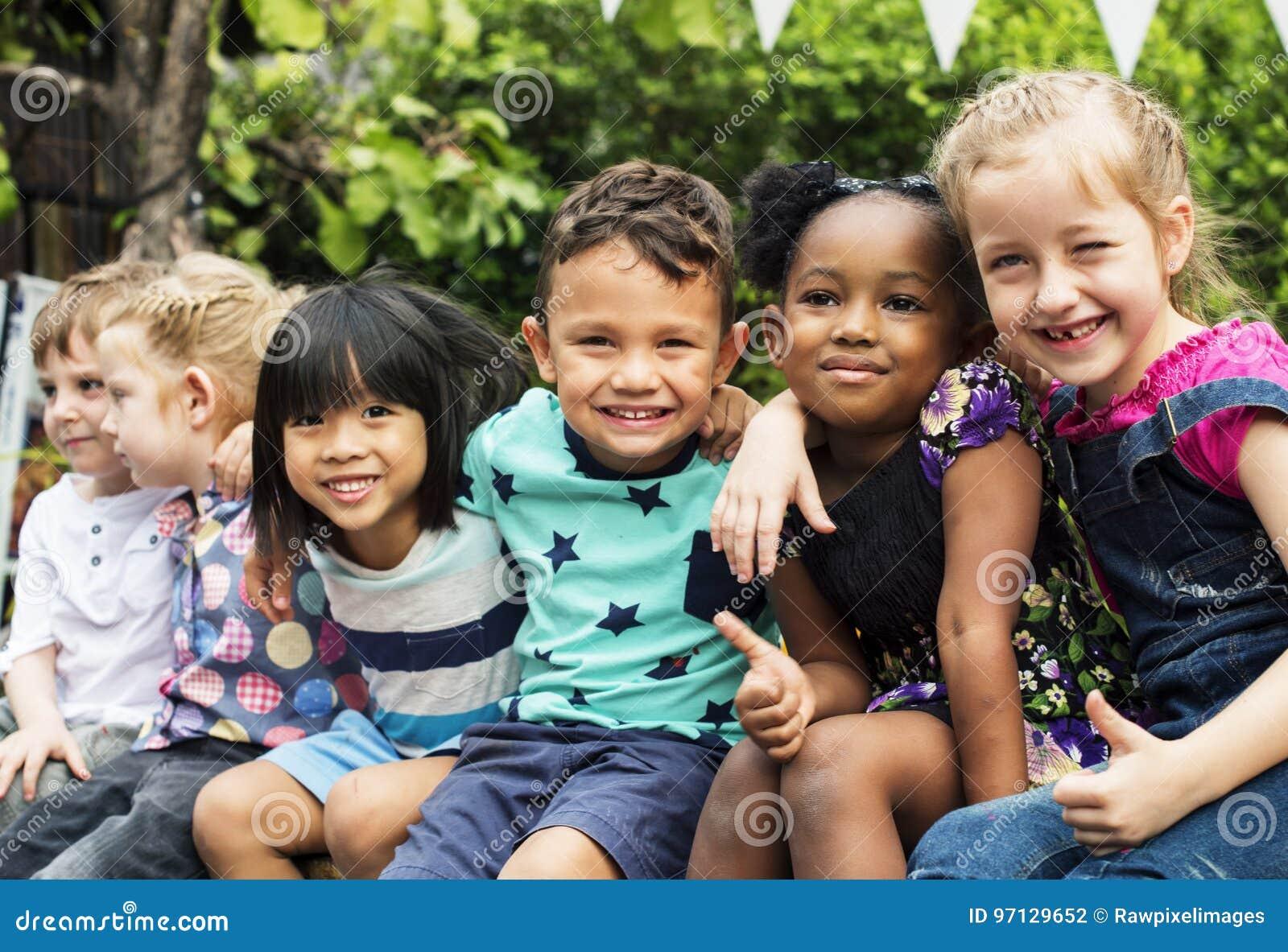 Группа в составе детский сад ягнится друзья подготовляет вокруг сидеть и smilin