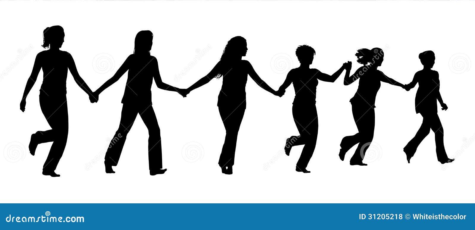 Группа в составе женщины держа руки и ход совместно